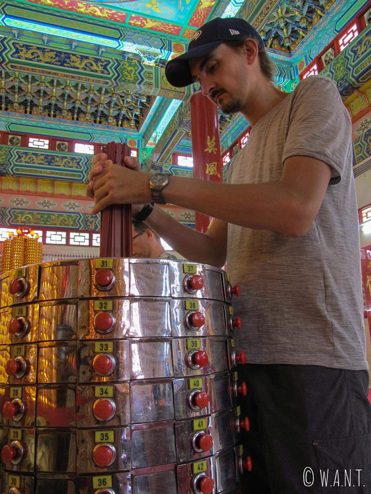 Benjamin est en train de découvrir son avenir au temple chinois Thean Hou Temple de Kuala Lumpur