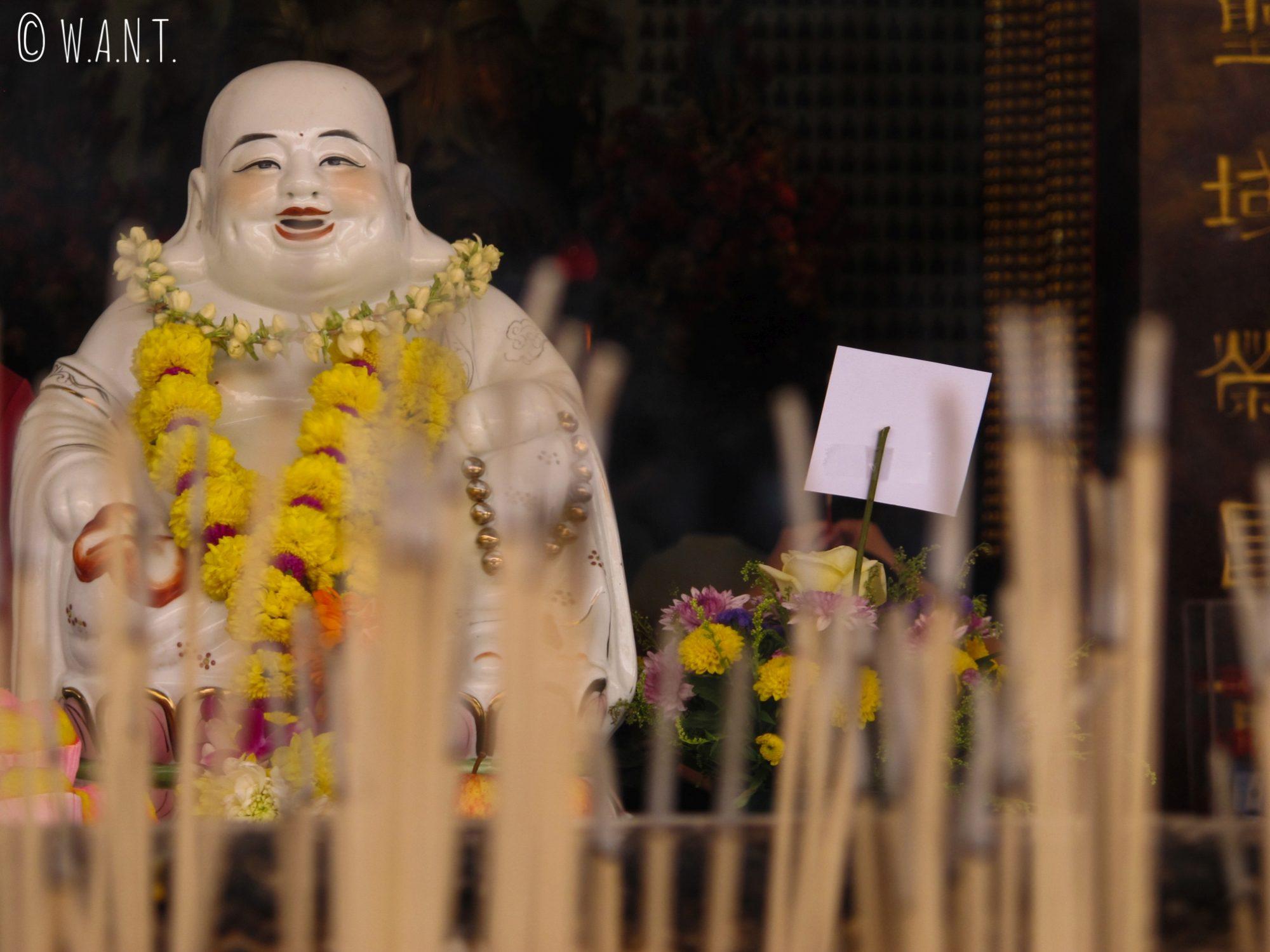 Bouddha rieur et encens au temple chinois Thean Hou Temple de Kuala Lumpur