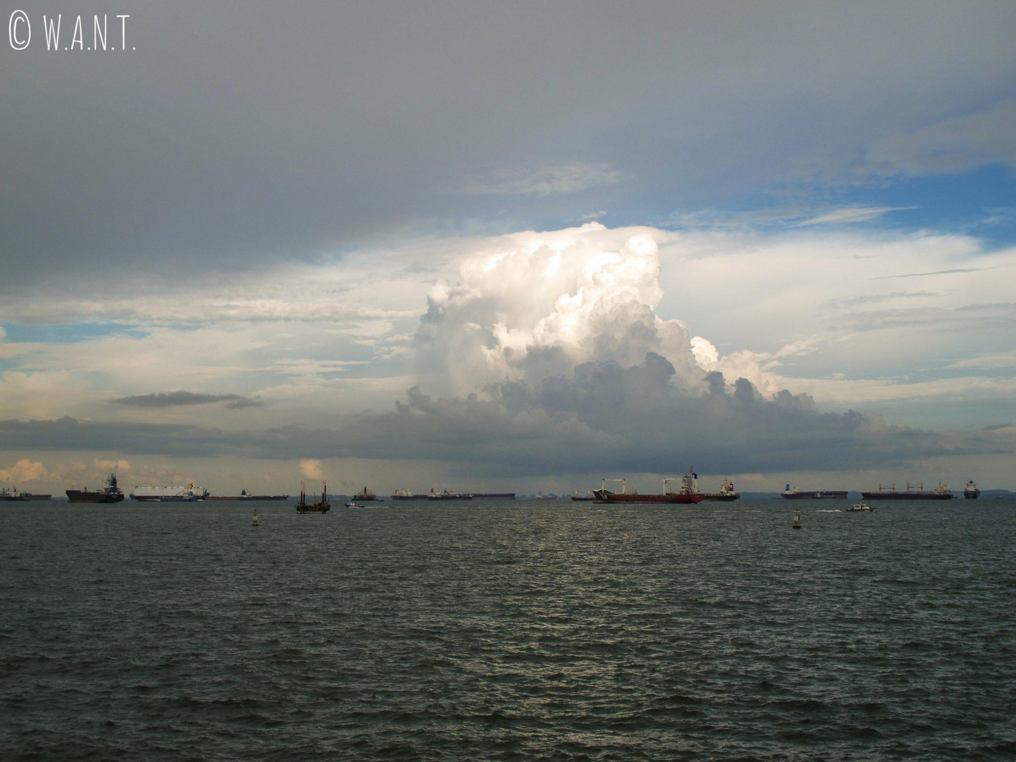 Cargos dans la mer de Chine méridionale, de l'autre côté du barrage de Singapour