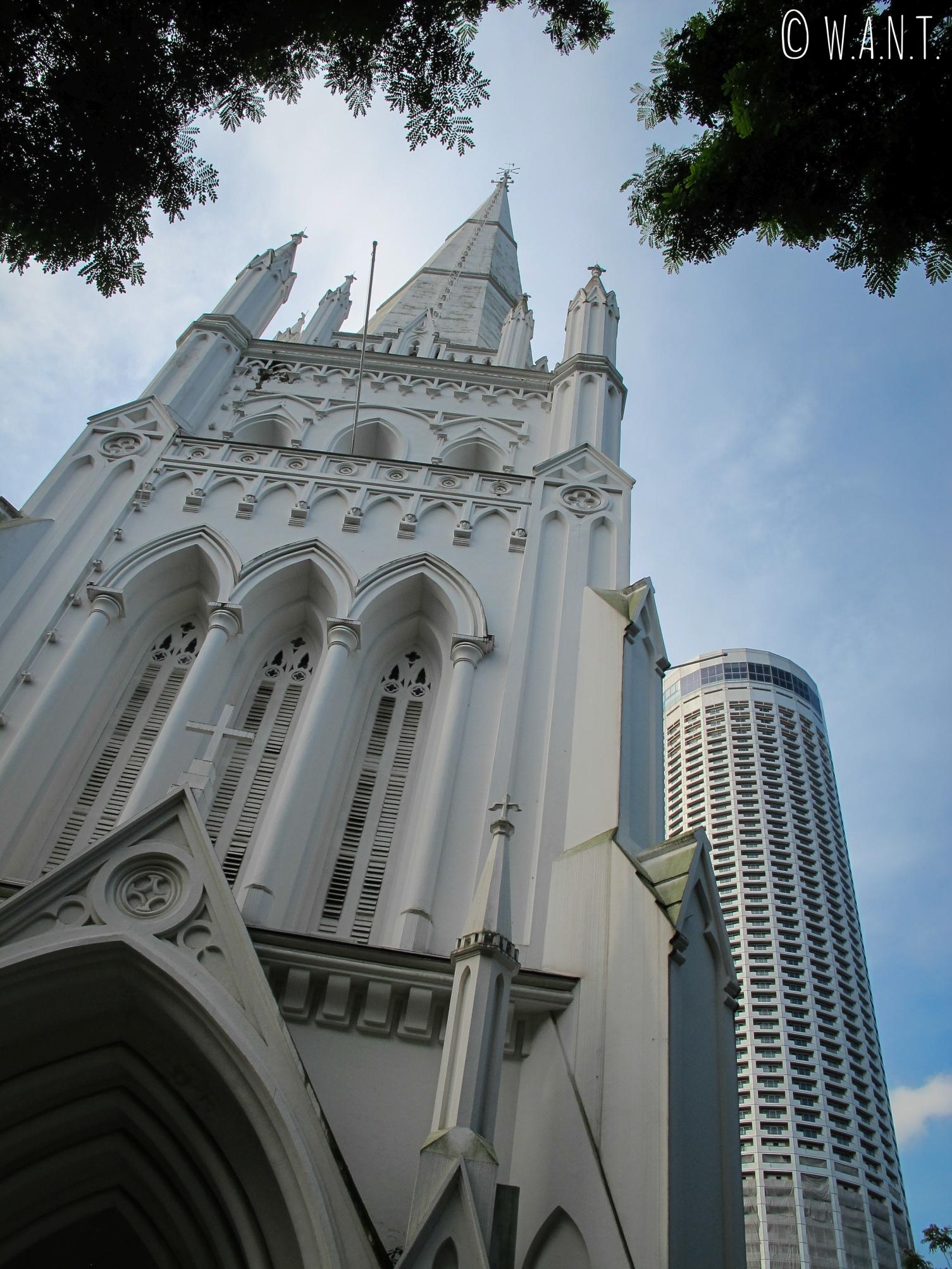 Contraste d'architectures entre la cathédrale St Andrew et l'hôtel Swissôtel