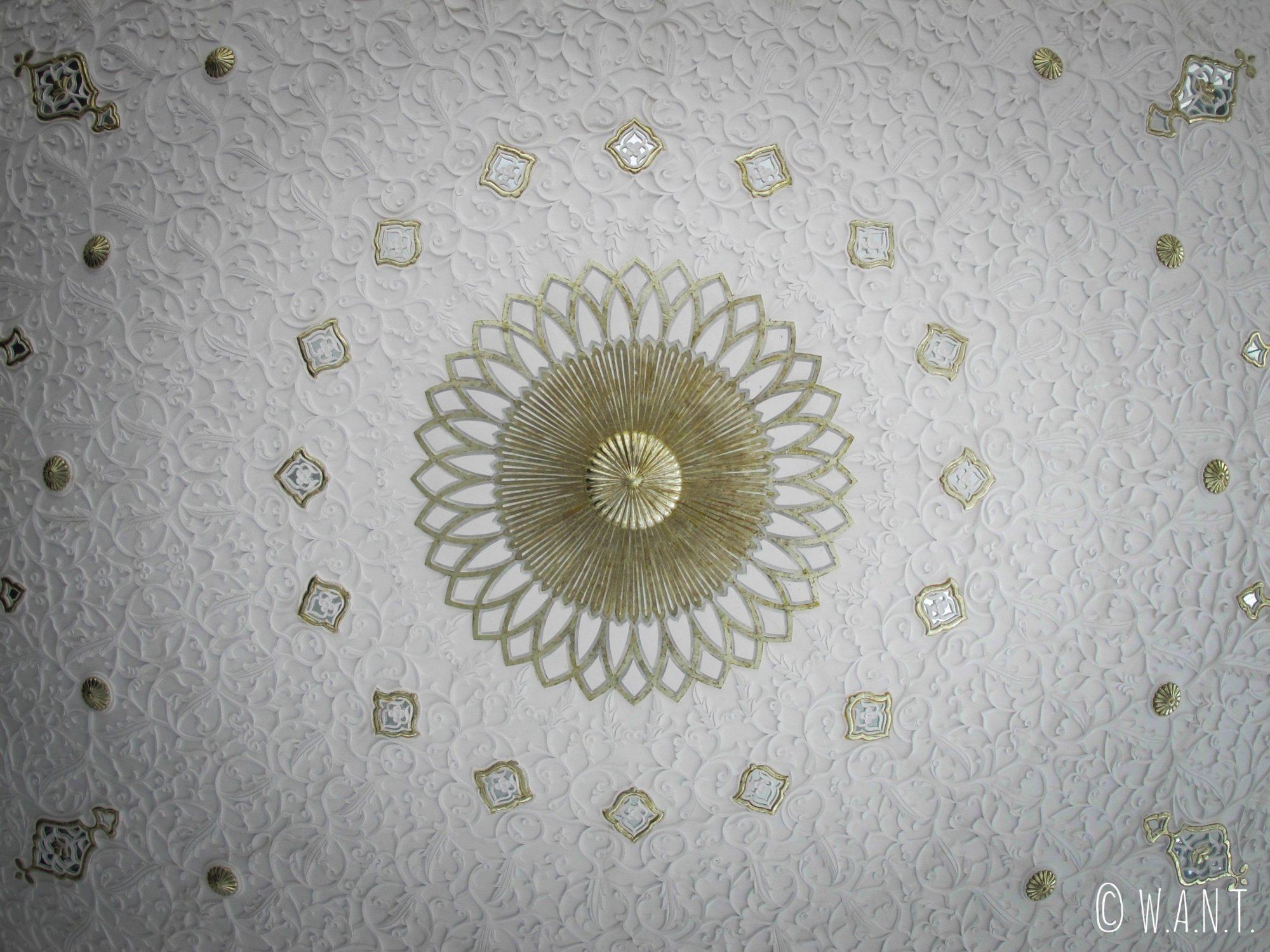 Coupole blanche à l'intérieur du musée des Arts Islamiques de Kuala Lumpur