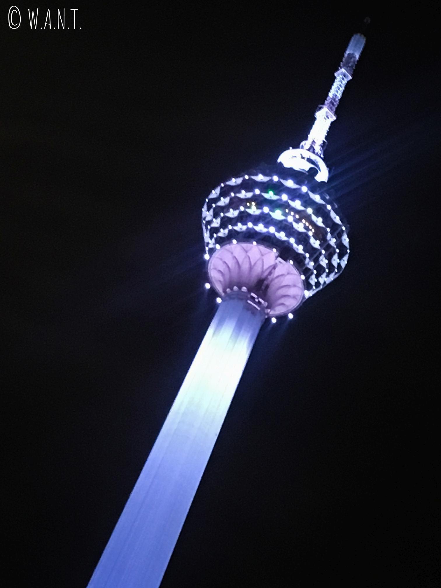 De nuit, la tour Menara scintille et s'éclaire