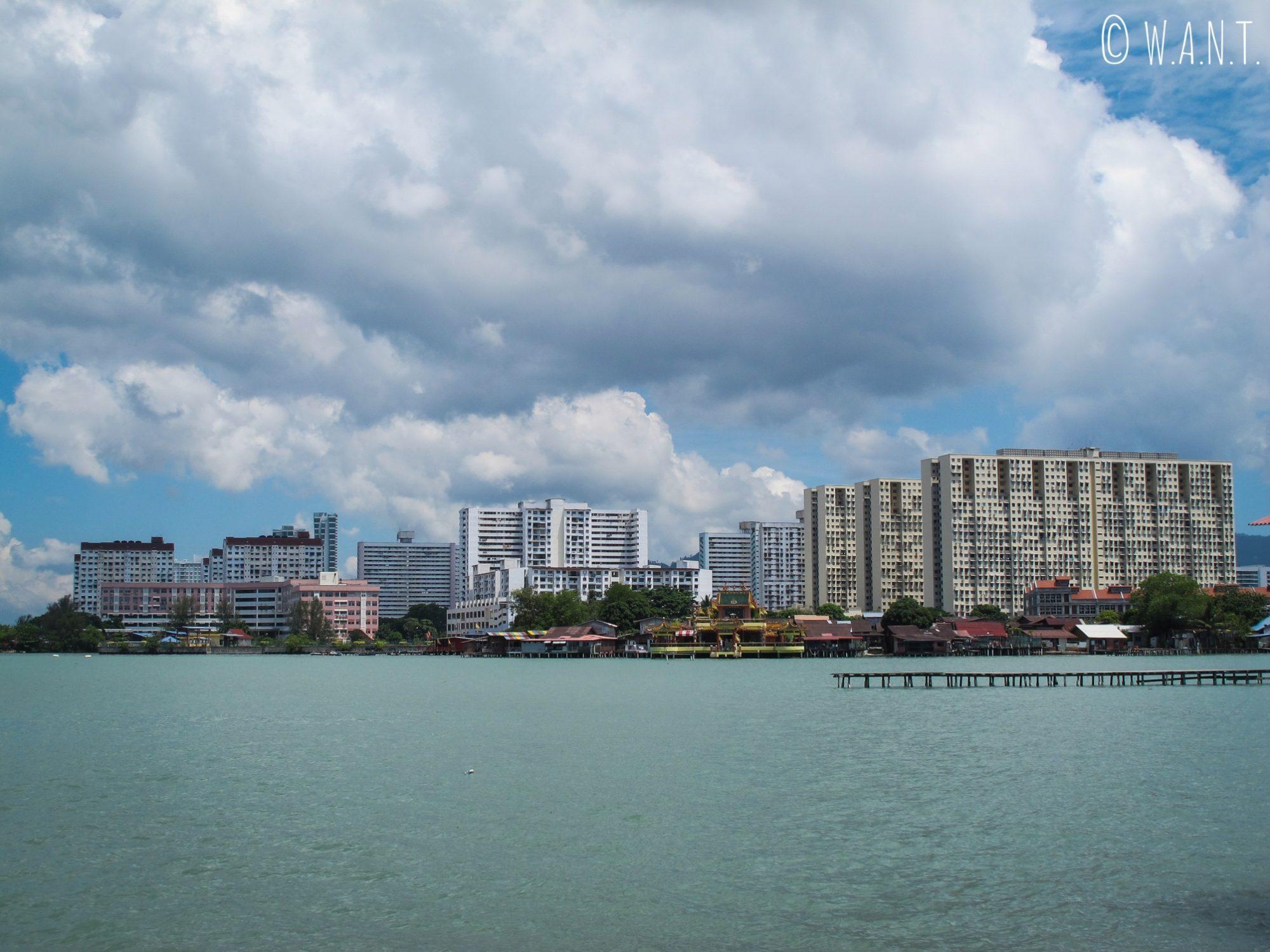 Depuis Chew jetty, il est impressionnant d'admirer les contrastes d'architecture de l'île de Penang
