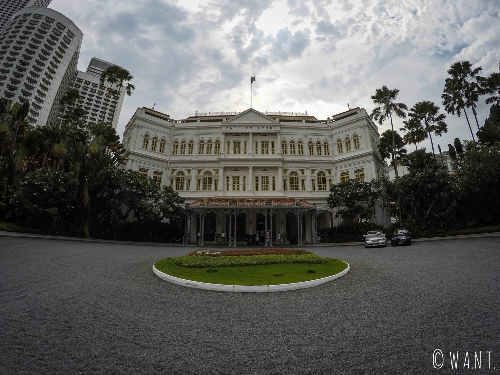 Façade de style colonial du mythique hôtel Raffles de Singapour