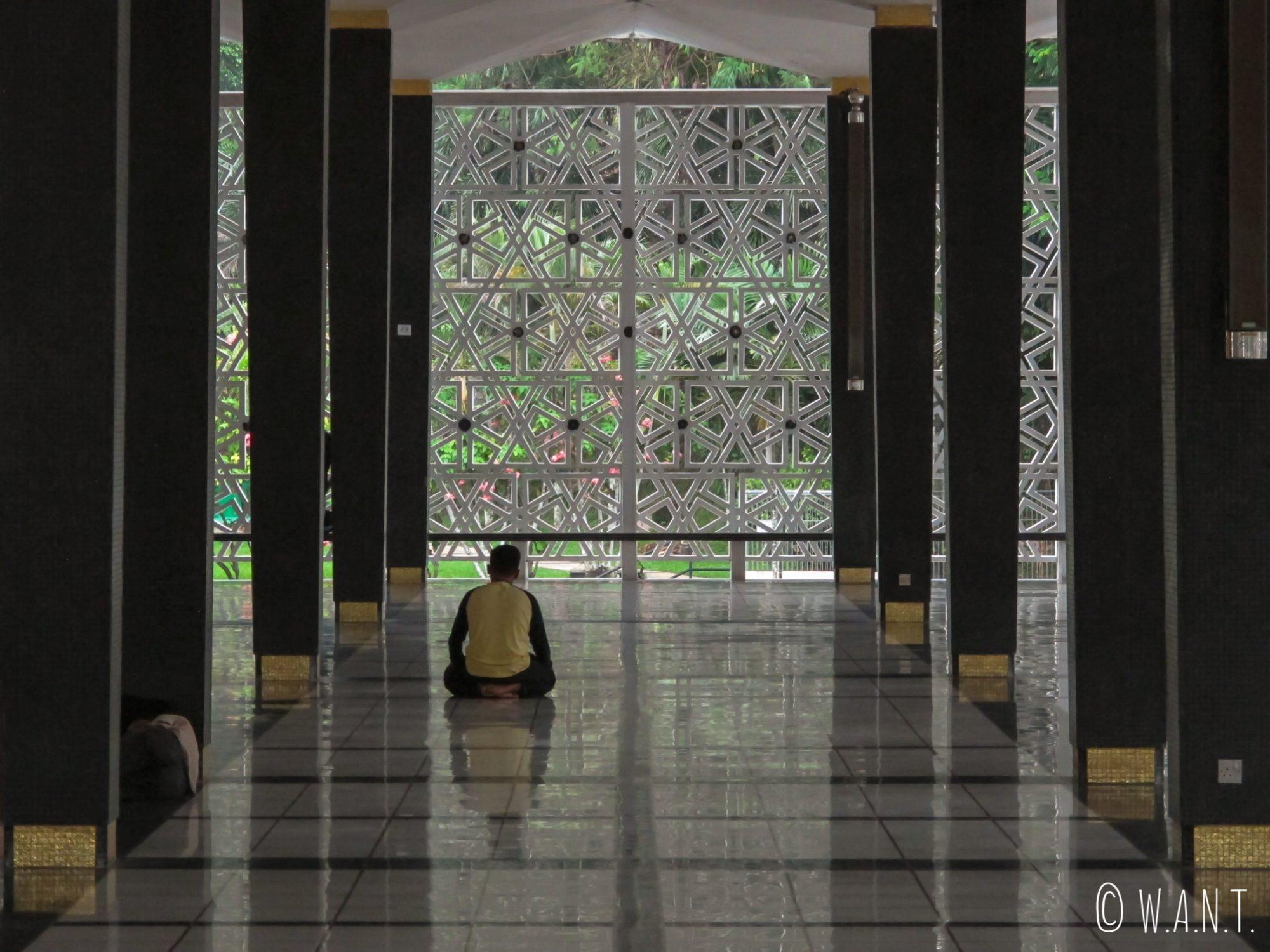 Fidèle pendant la prière à l'intérieur de National Mosque