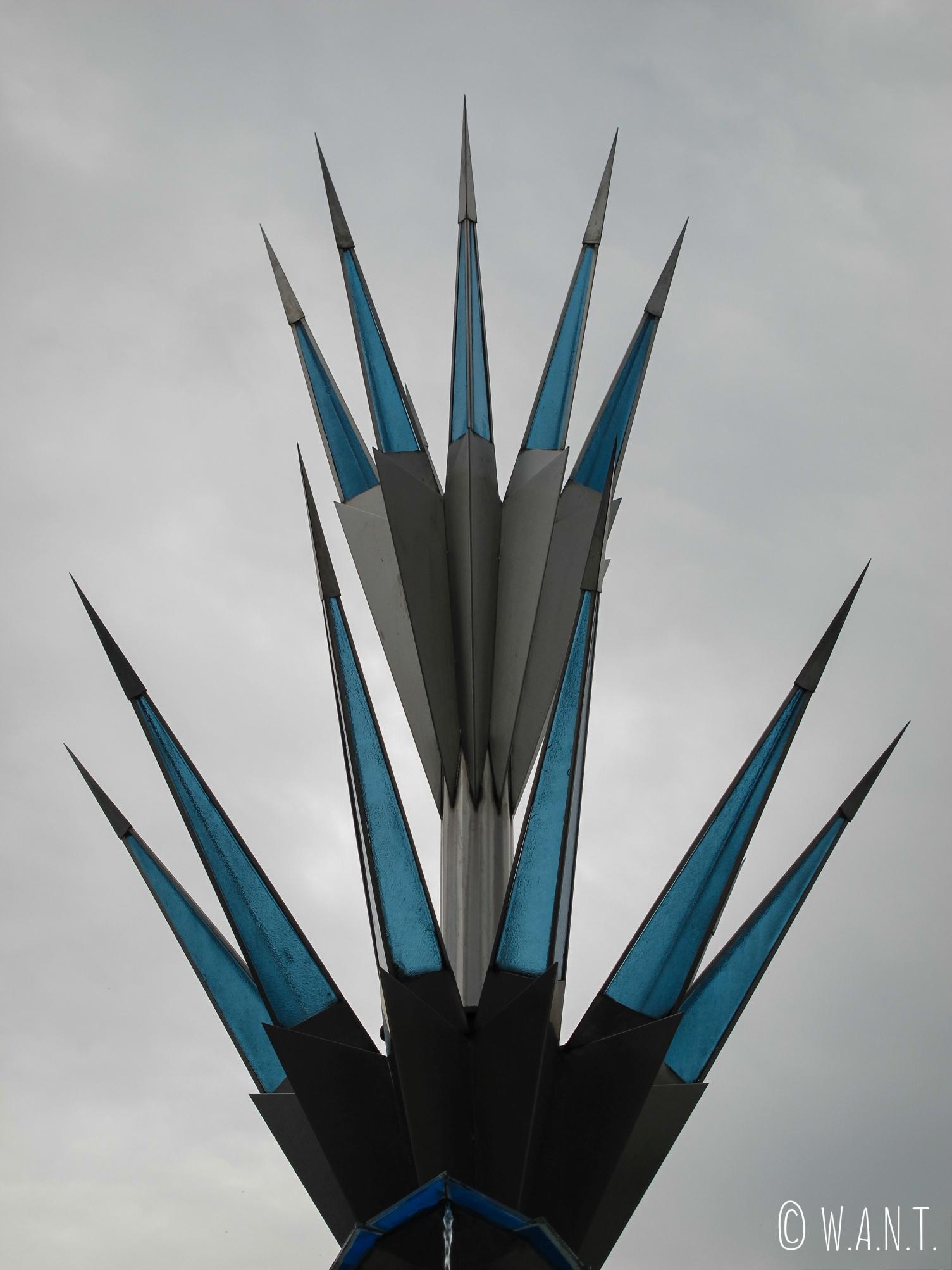 Gros plan sur l'architecture moderne de la fontaine de National Mosque à Kuala Lumpur