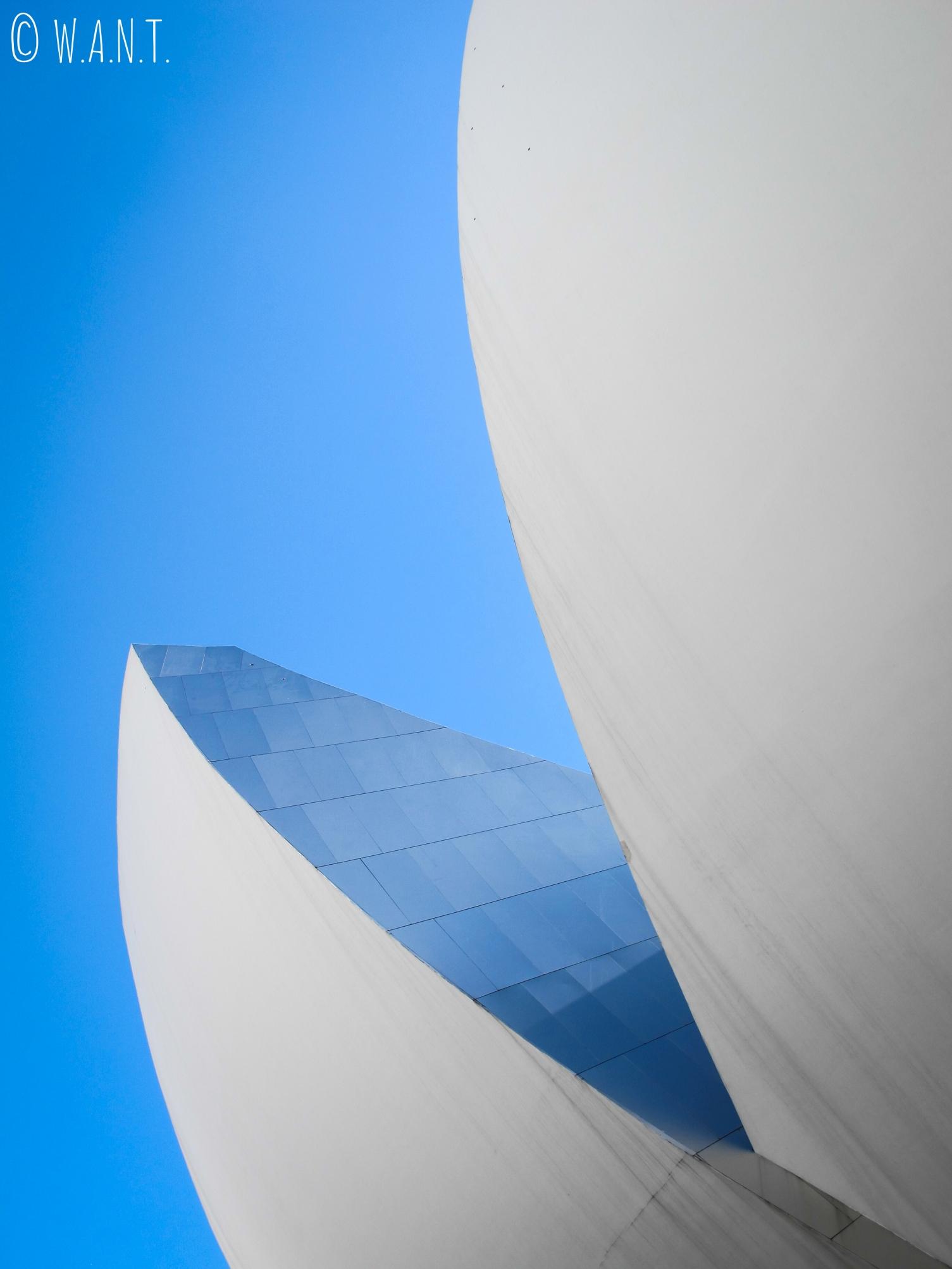 Gros plan sur le bâtiment en forme de lostus de l'ArtScience Museum