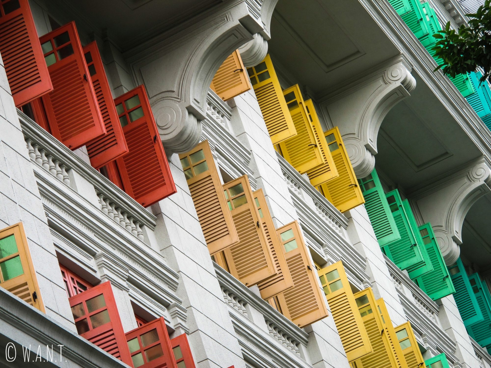 Gros plan sur les volets colorés de l'ancien hôtel de police de Singapour