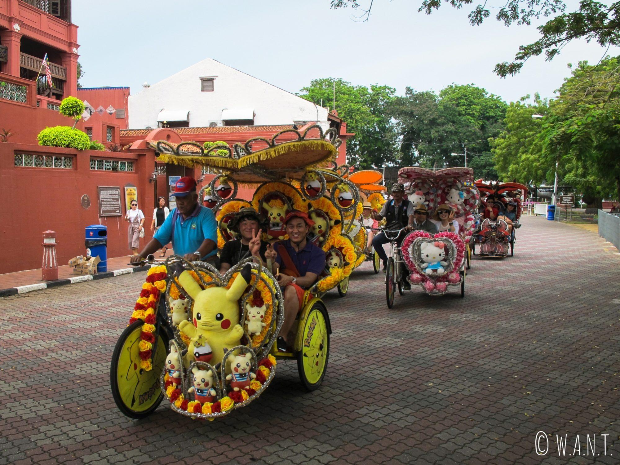 Horde de tuk-tuks dans les rues du centre historique de Malacca