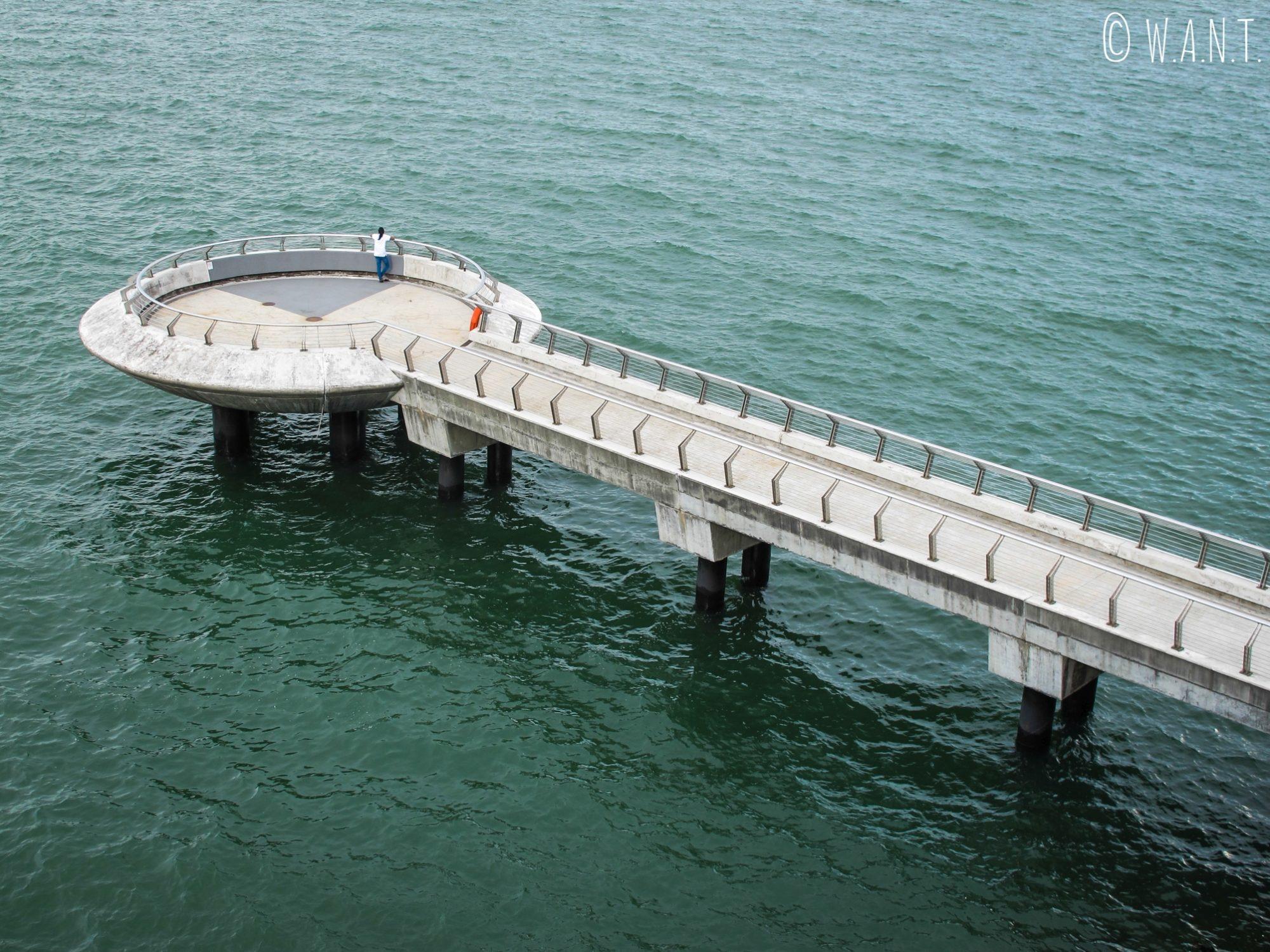 Il est possible de se promener sur le barrage de Singapour