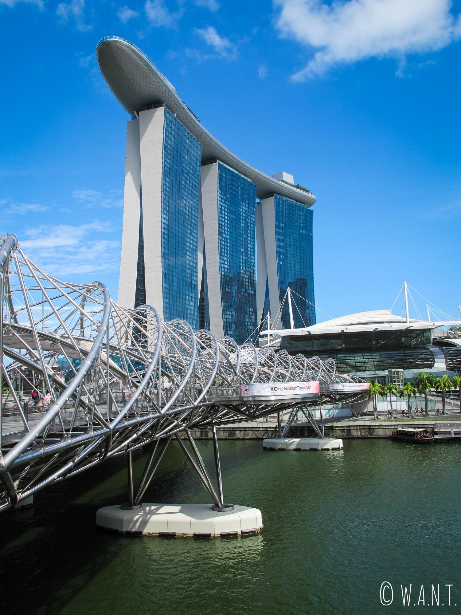 Il faut traverser le Helix bridge pour arriver aux pieds du Marina Bay Sands