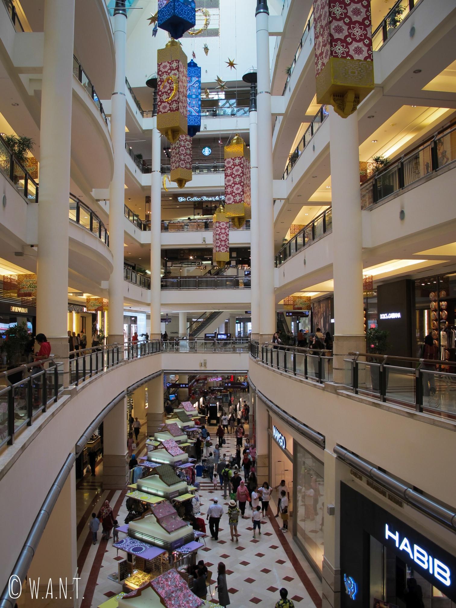 Immensité des allées du centre commercial Suria KLCC