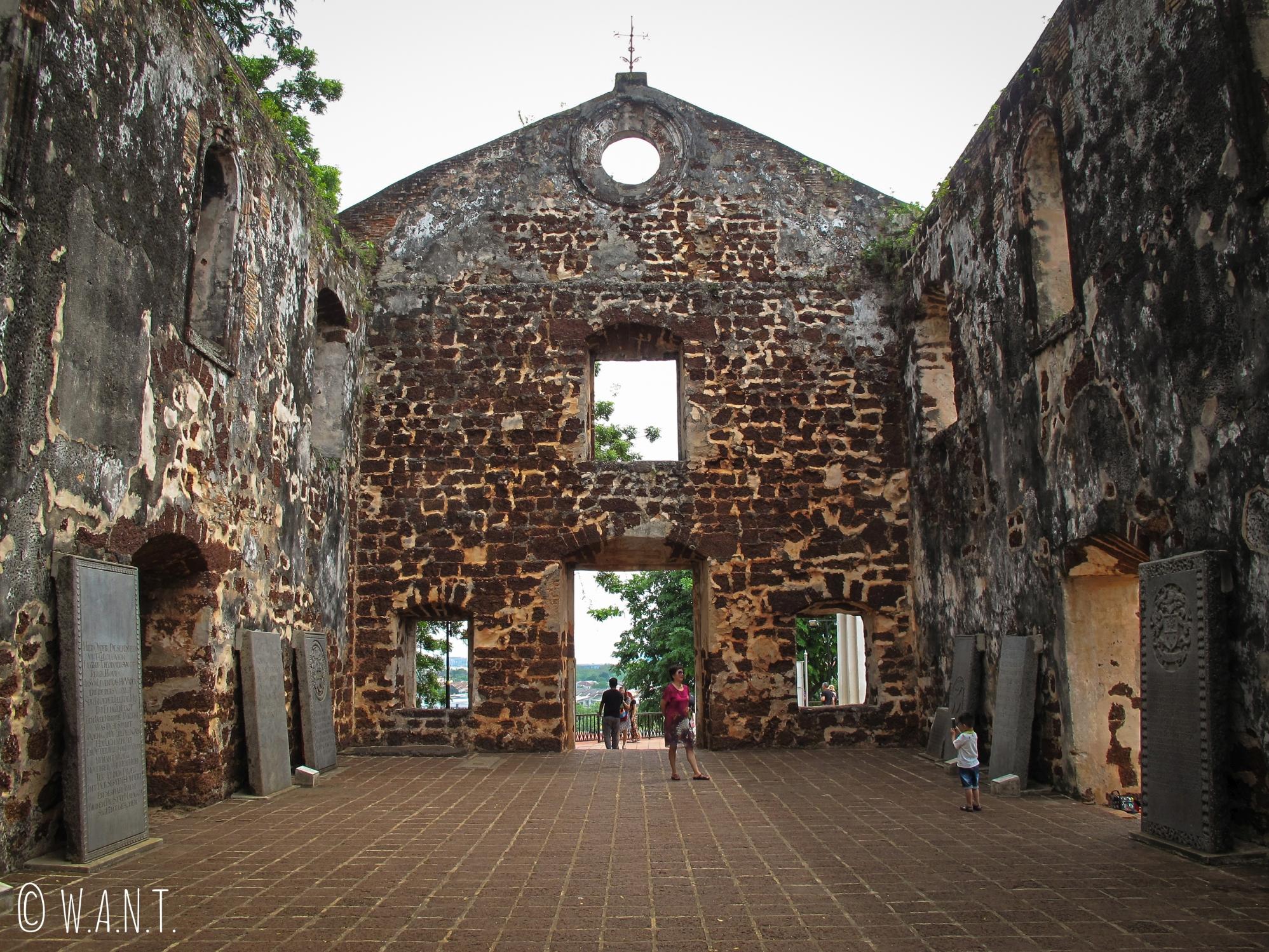 L'église St Paul n'a plus de toit et domine la ville depuis la colline éponyme