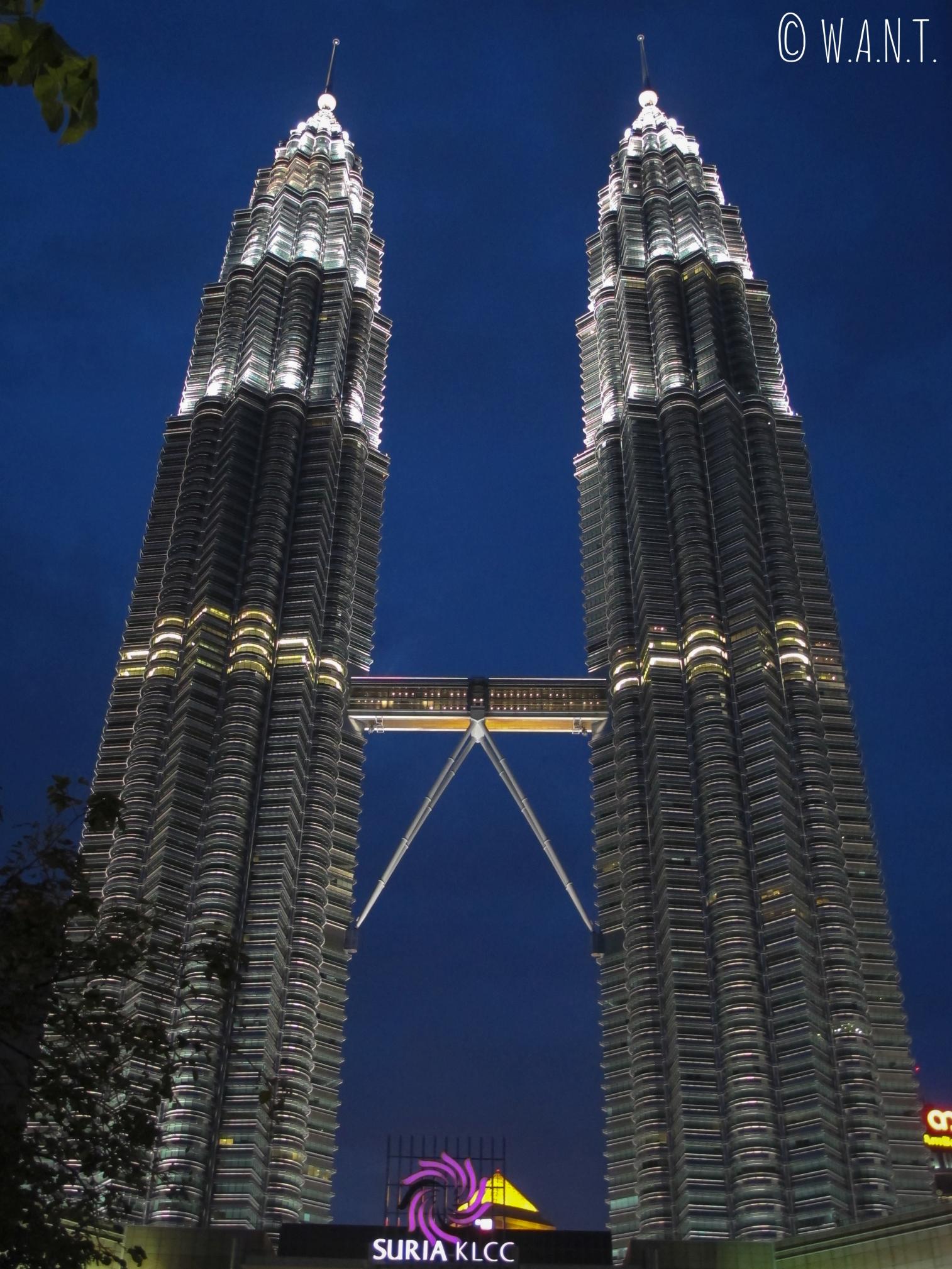 La nuit, les Tours jumelles Petronas sont illuminées
