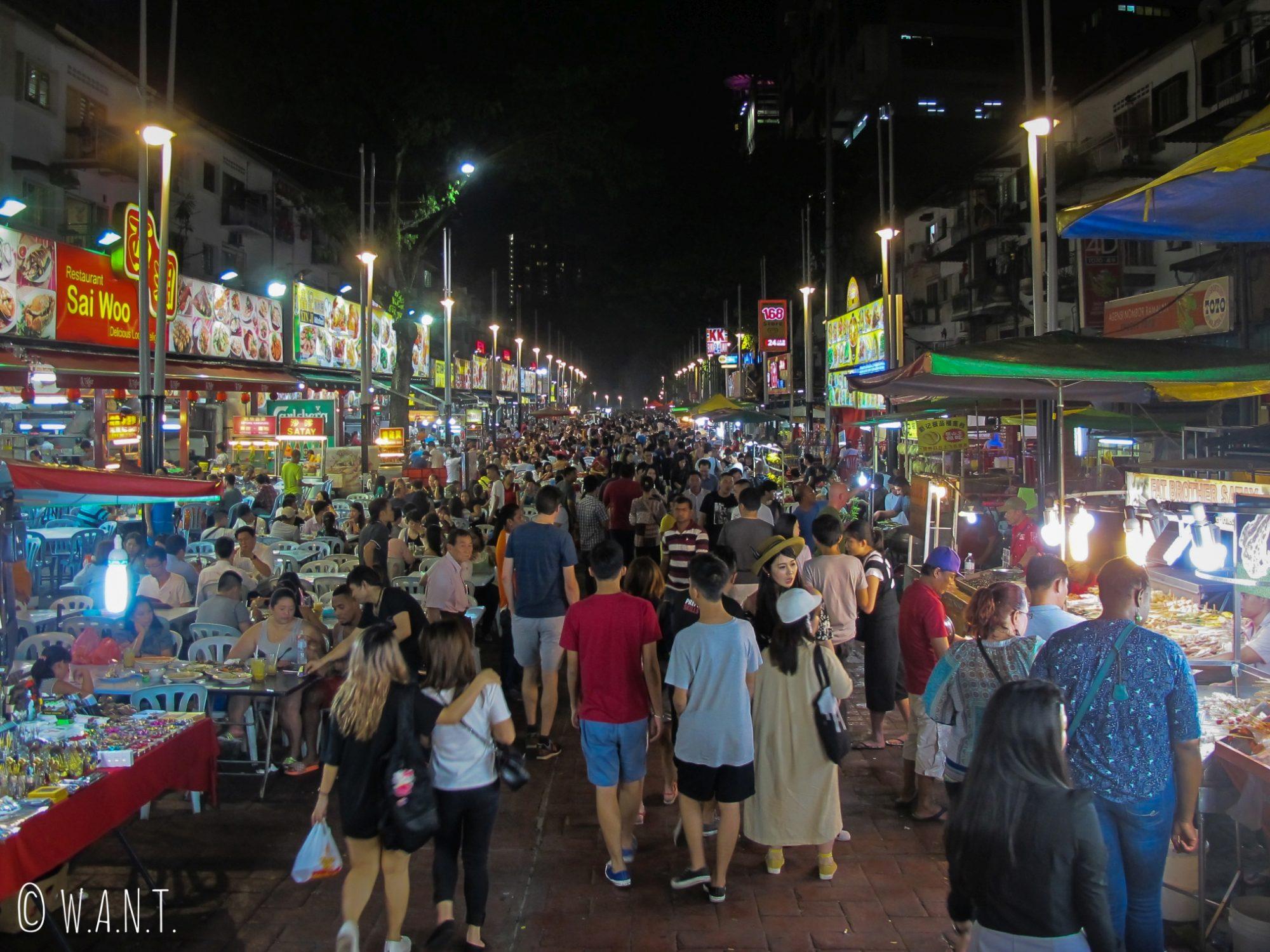 La rue Jalan Alor, célèbre pour sa nourriture de rue, est bondée à la nuit tombée