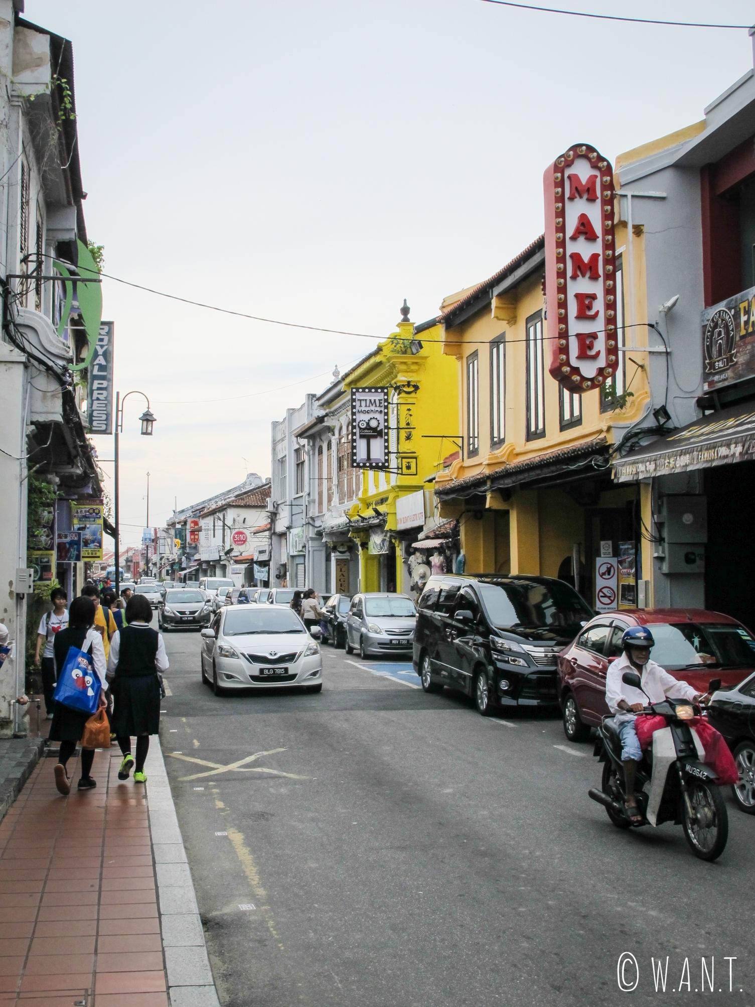 La rue Jonker street du quartier de Chinatown de Malacca abrite restaurants et échoppes