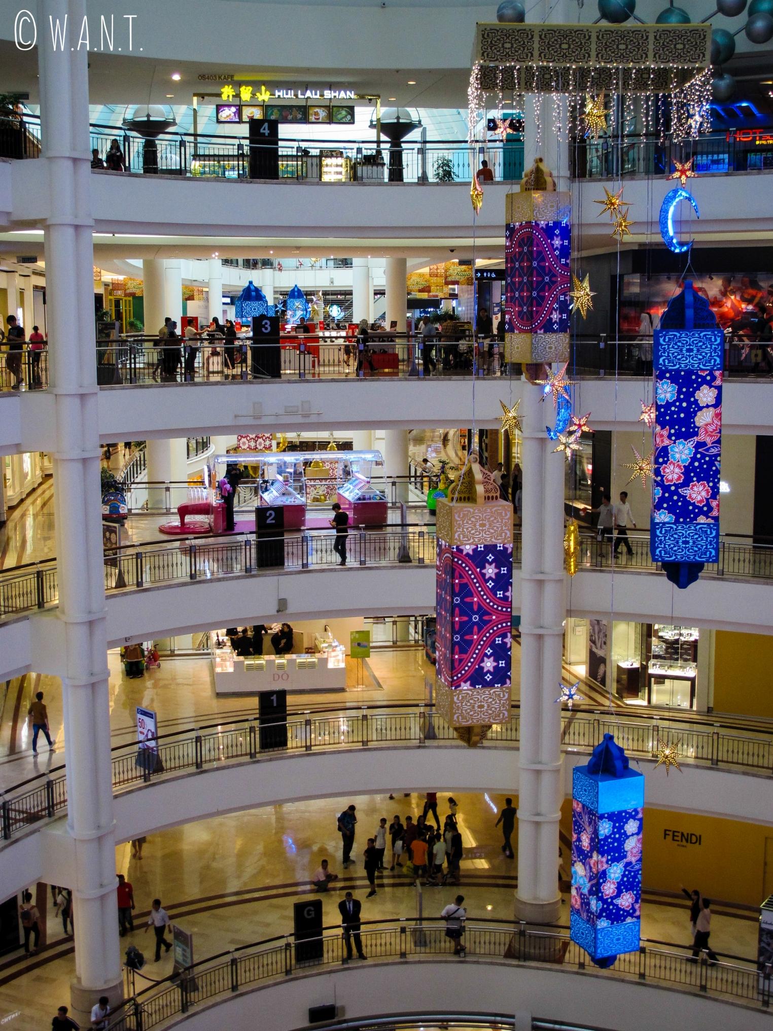 Le centre commercial Suria KLCC est situé aux pieds des Tours jumelles Petronas