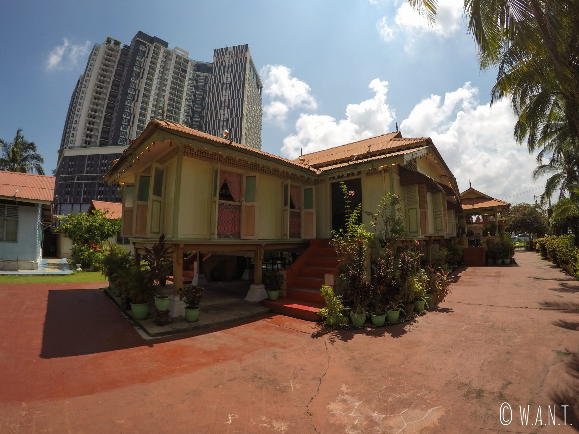 Le contraste est frappant entre la villa Sentosa, maison malaisienne, et les immeubles situés autour