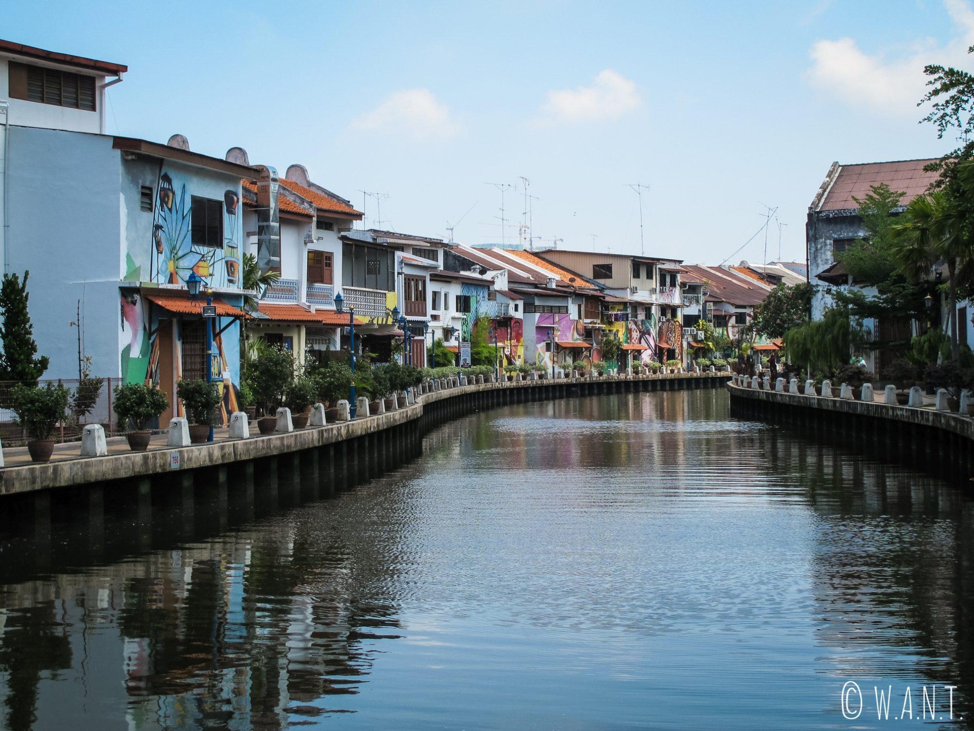 Les bords de la rivière de Malacca sont paisibles et idéal pour une promenade