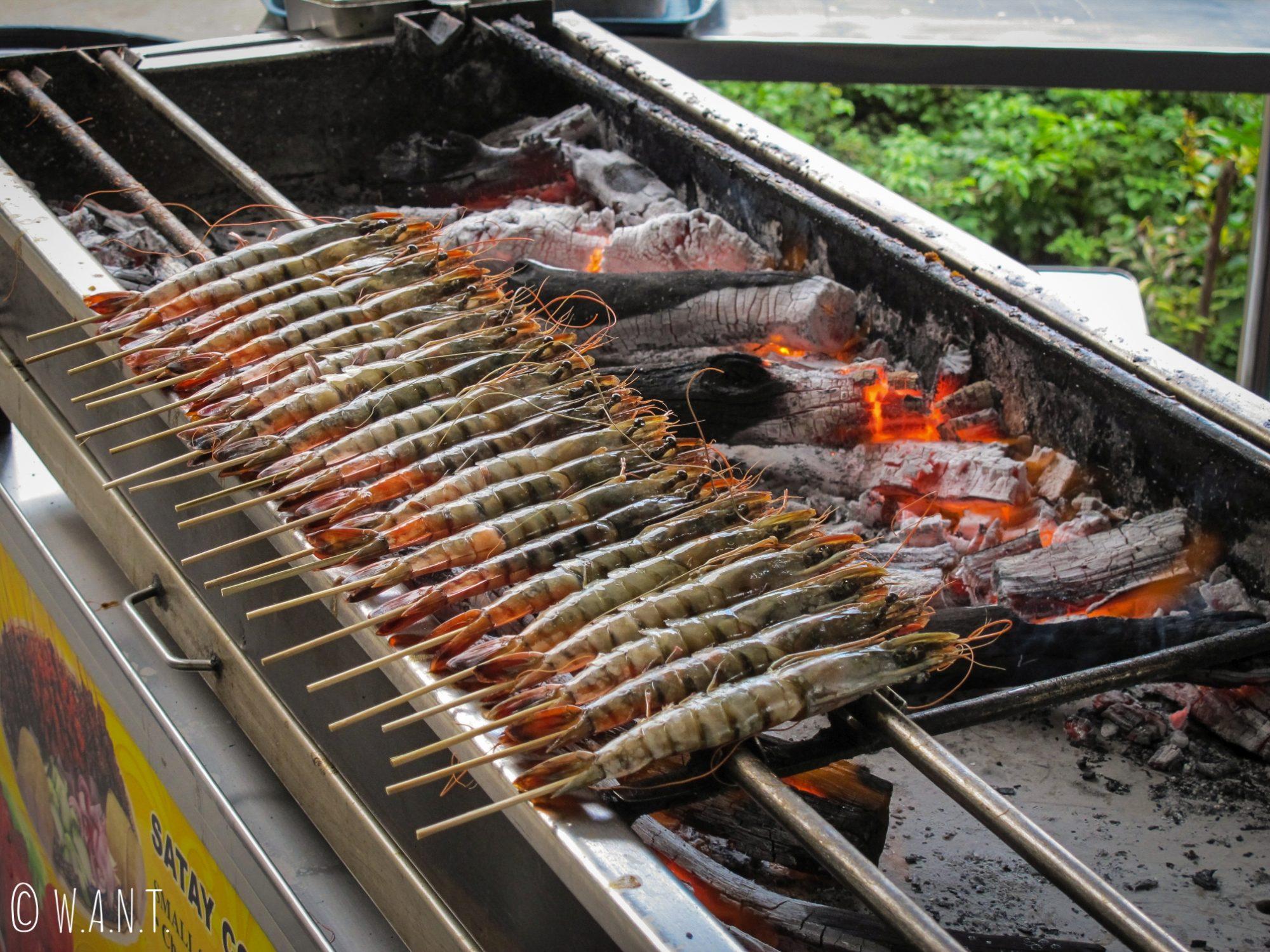 Les brochettes sont la spécialité du food court Satay by the bay de Singapour