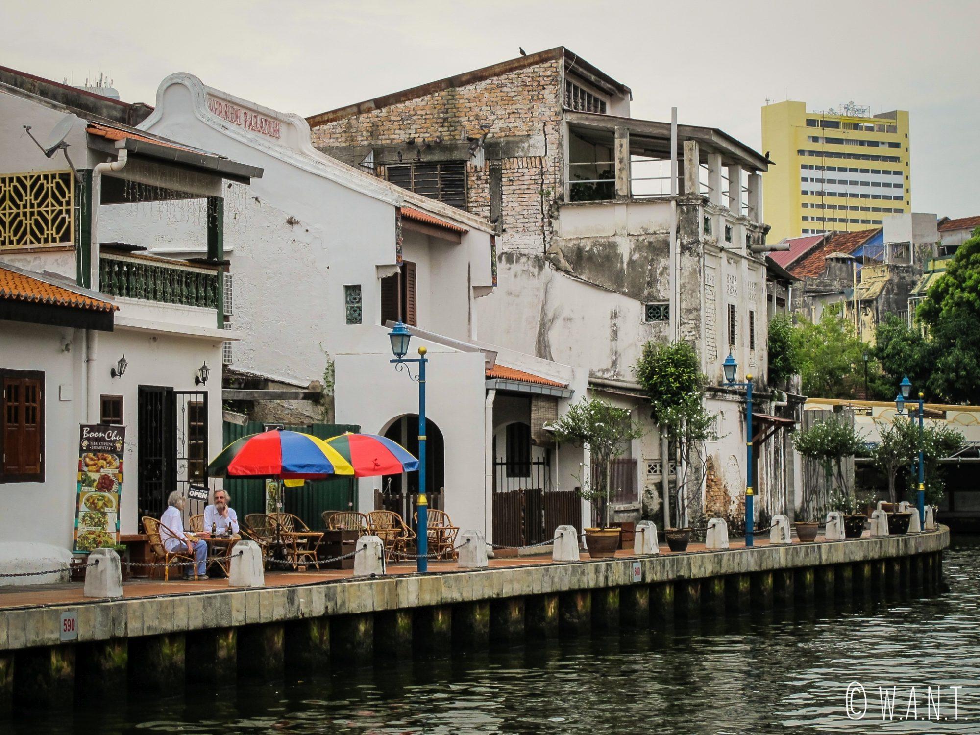 Les cafés et restaurants installent leurs terrasses sur les bords de la rivière de Malacca