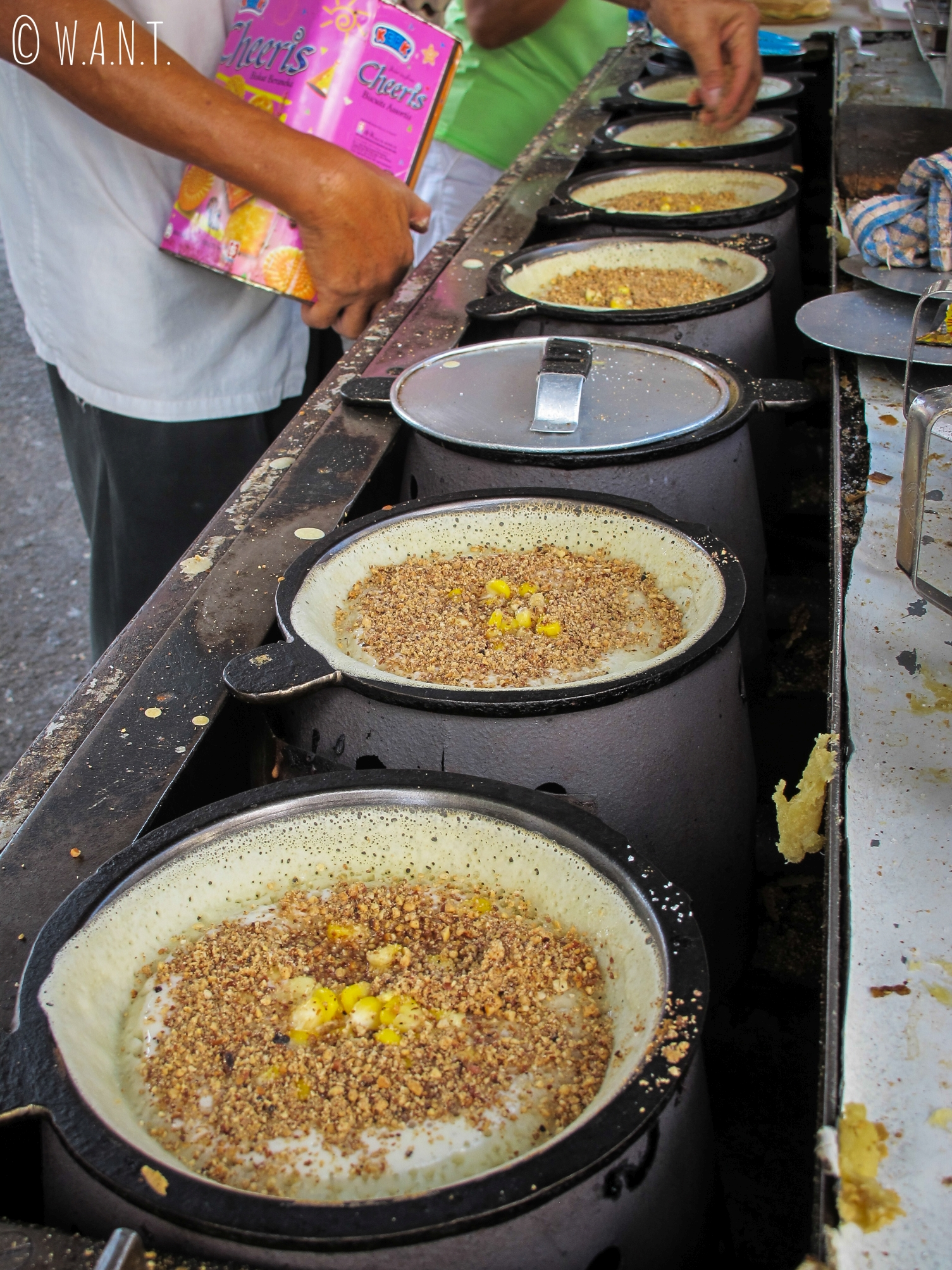 Les pancakes chinois sont prêts à être dégustés dans la rue Kimberley street de Georgetown