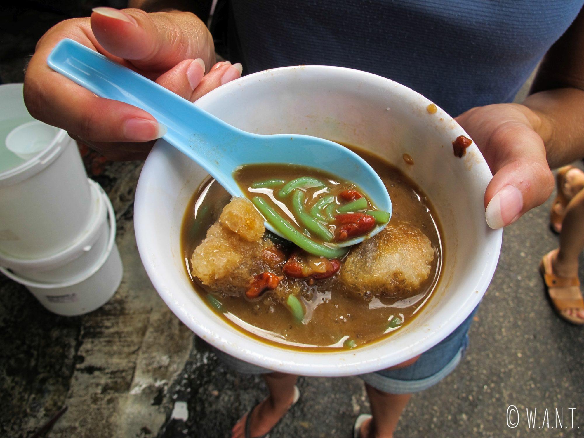 L'ingrédient de base du cendol est la nouille de farine de riz verte