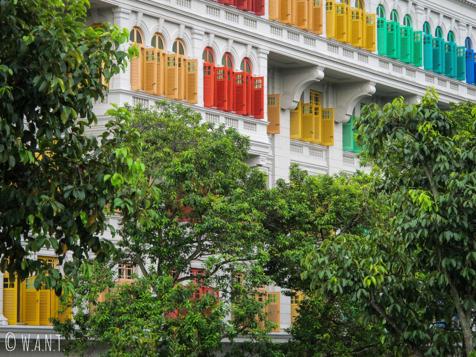 Mélange de couleurs sur les volets de l'ancien hôtel de police de Singapour
