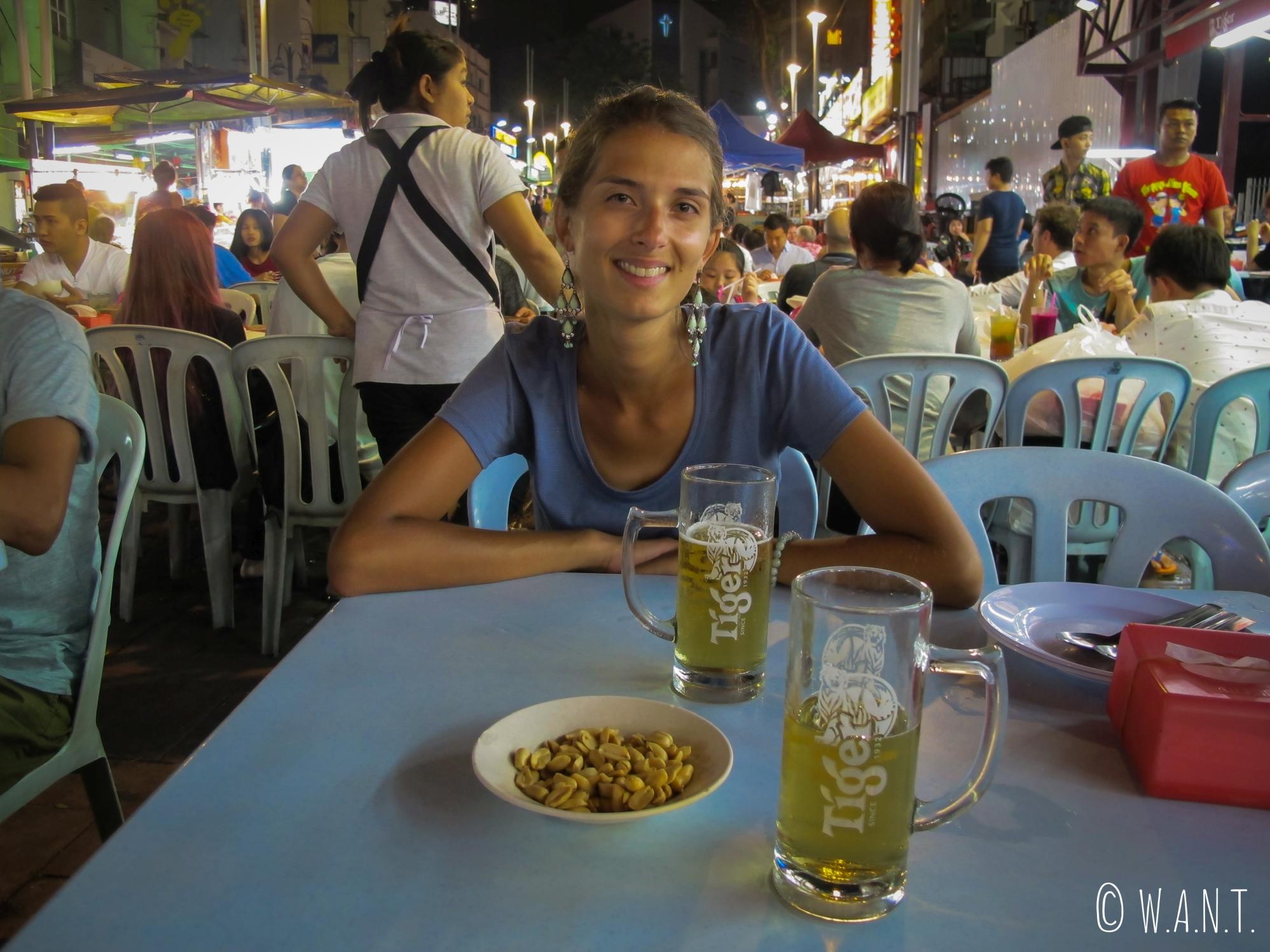 Nous sommes heureux de boire une bière sur la rue Jalan Alor de Kuala Lumpur