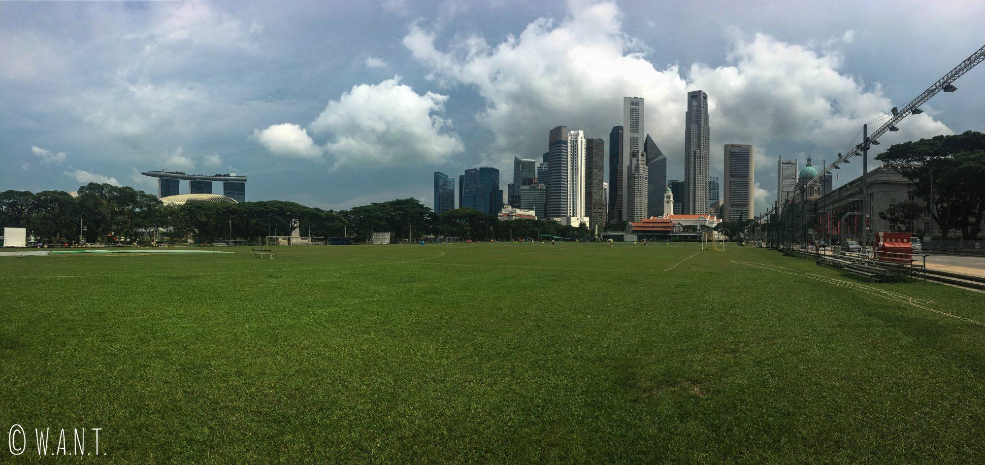 Panorama depuis The Padang avec vue sur le marina Bay Sands et la Skyline de Singapour