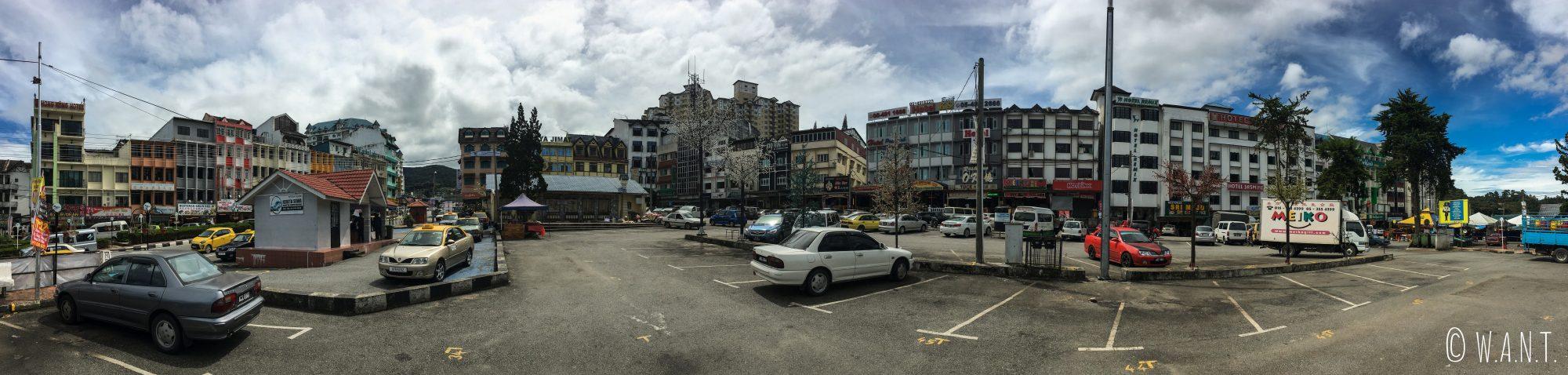 Panorama sur la place centrale de Brinchang qui n'est autre qu'un parking