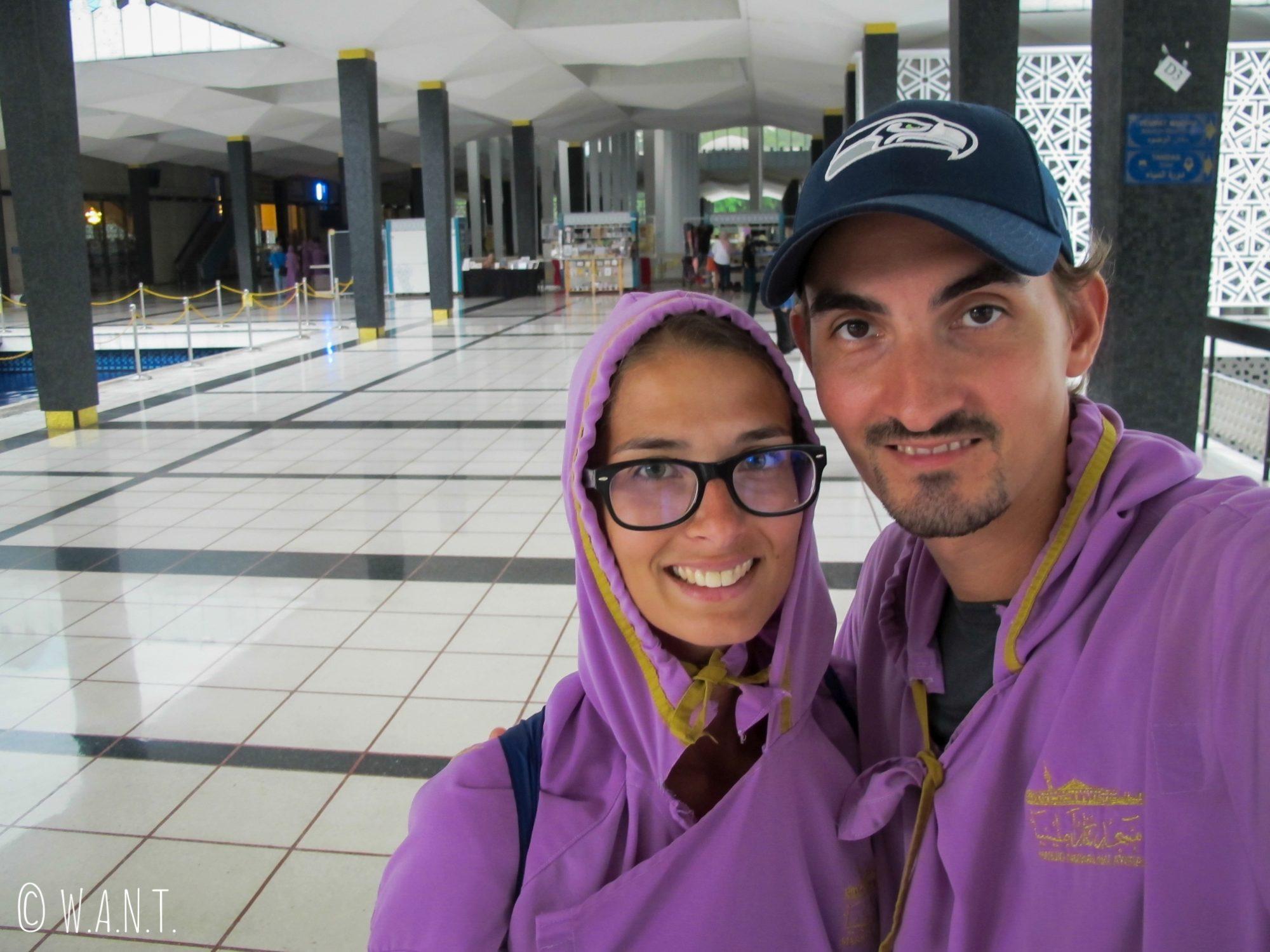 Pour visiter National Mosque, les hommes et les femmes doivent revêtir des robes longues violettes
