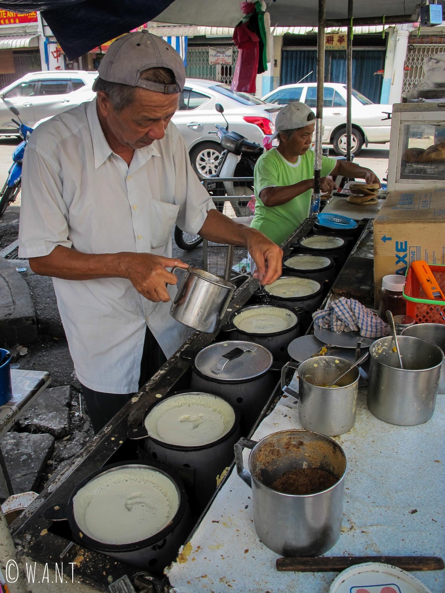 Préparation des ingrédients pour la cuisson des pancakes chinois à Penang