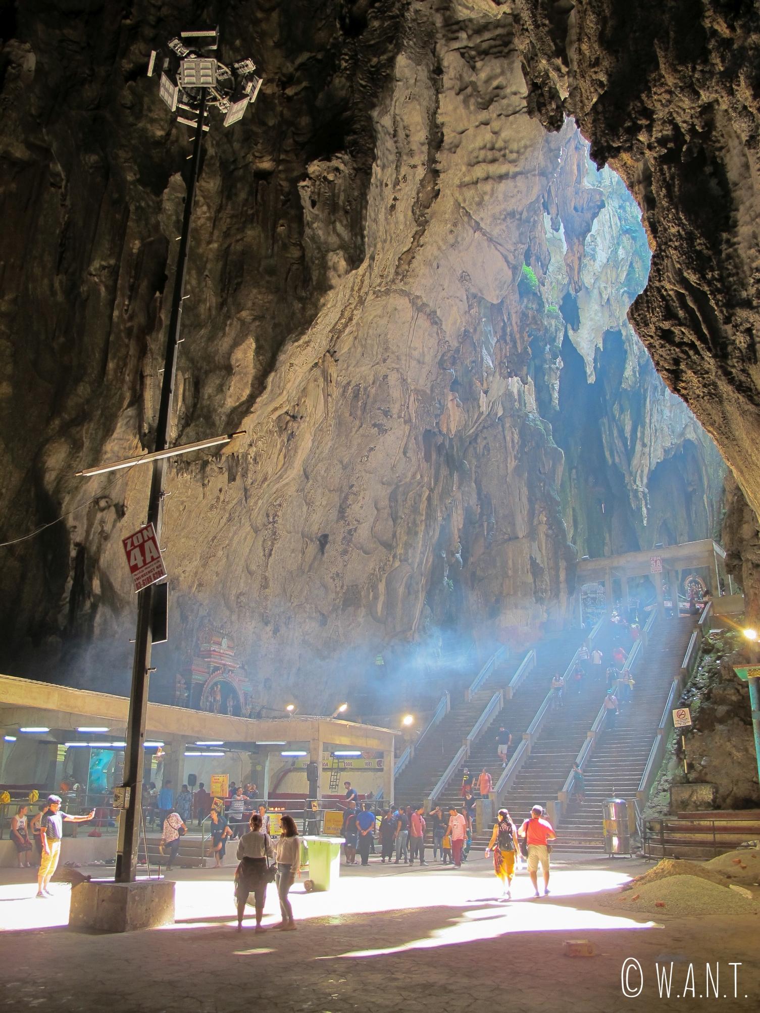 Puit de lumière à l'intérieur de la grotte principale des Batu Caves