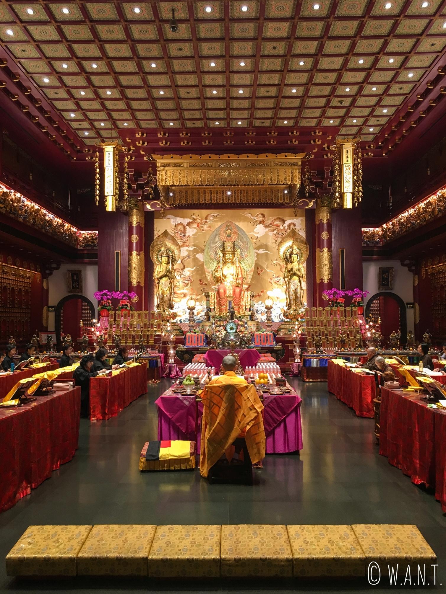 Salle principale du temple de la relique de la dent de Bouddha à Singapour