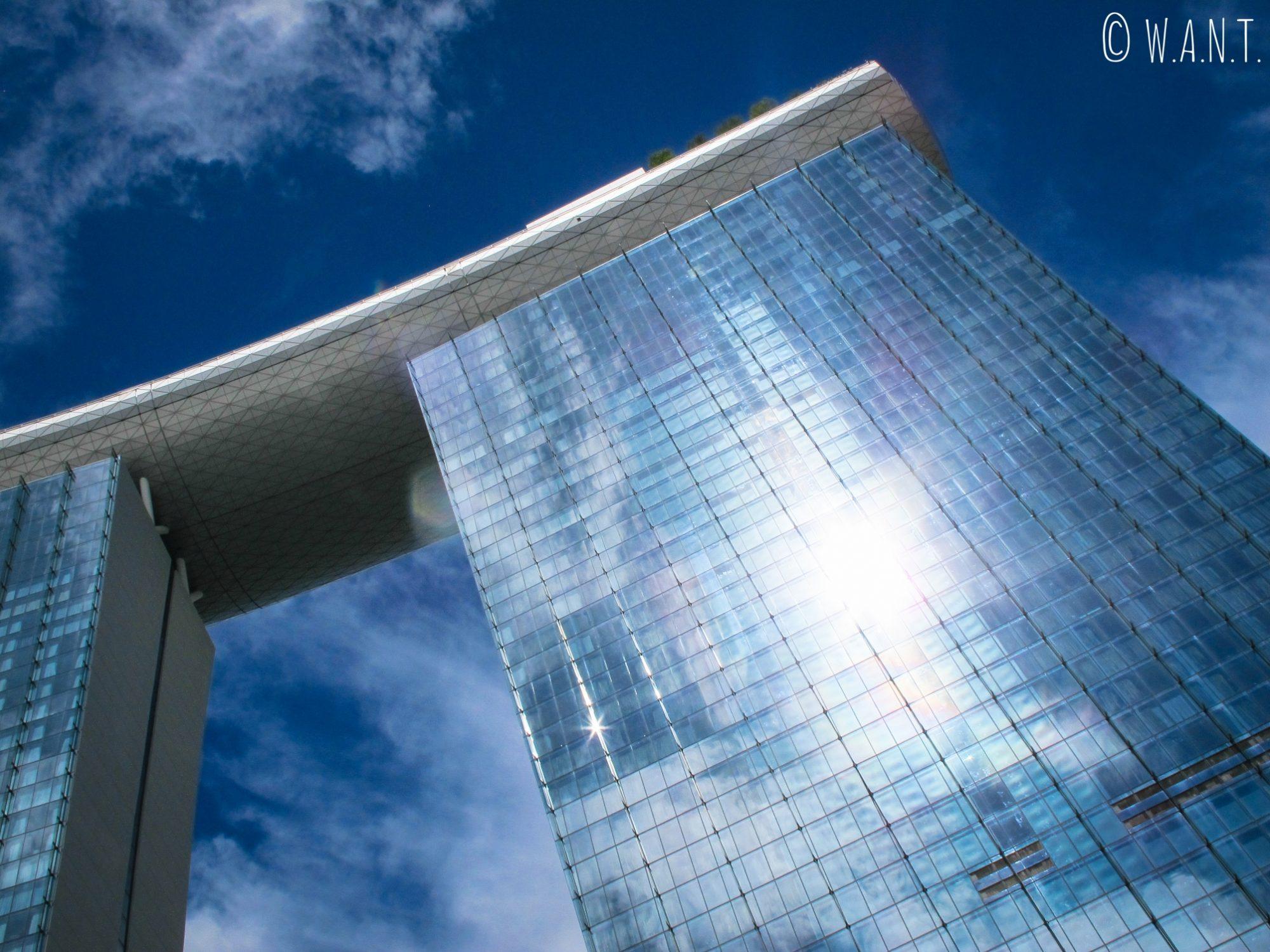 Soleil se reflétant sur les baies vitrées du Marina Bay Sands