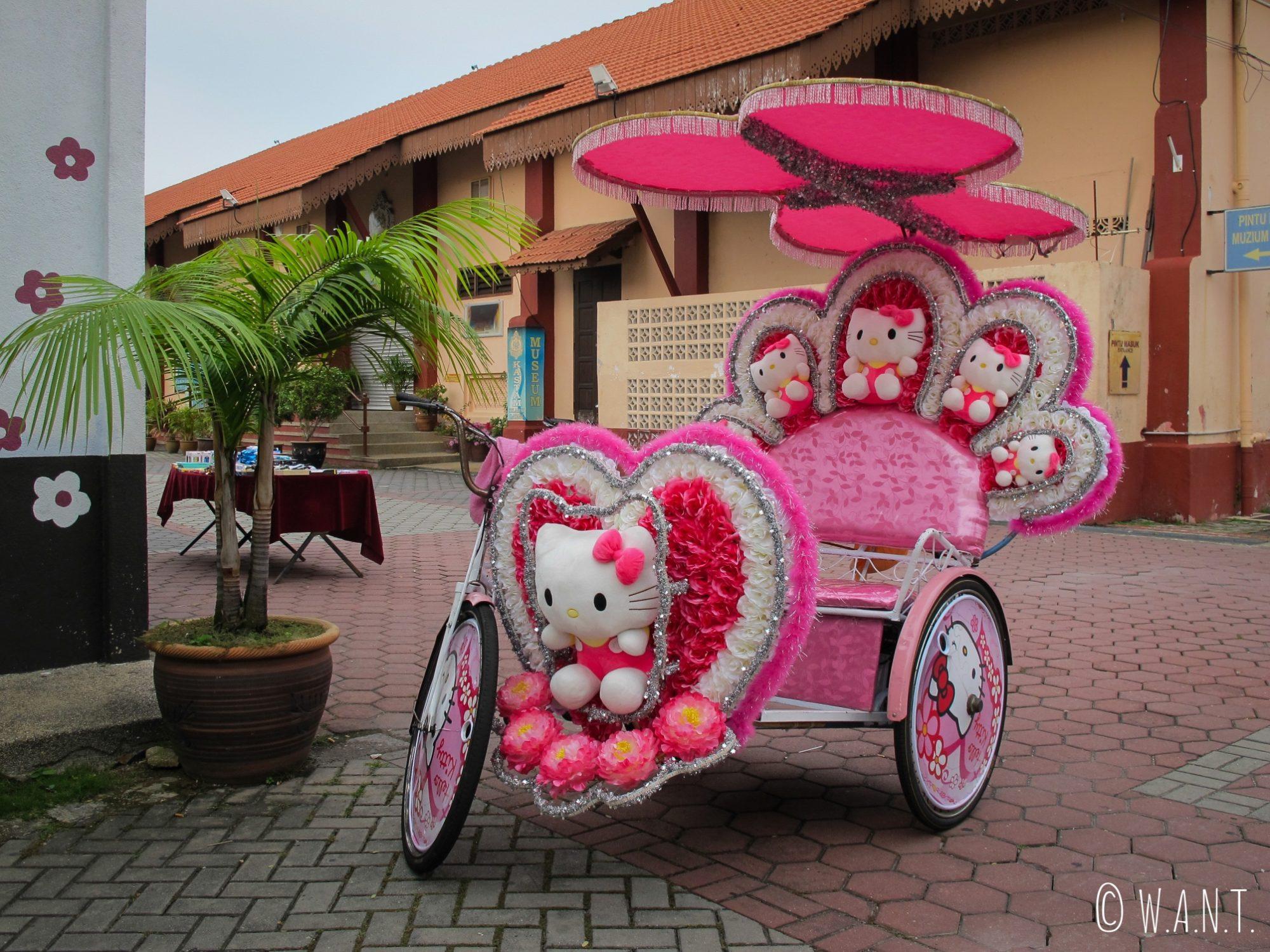 Tuk-tuk à l'effigie d'Hello Kitty dans les rues de Malacca
