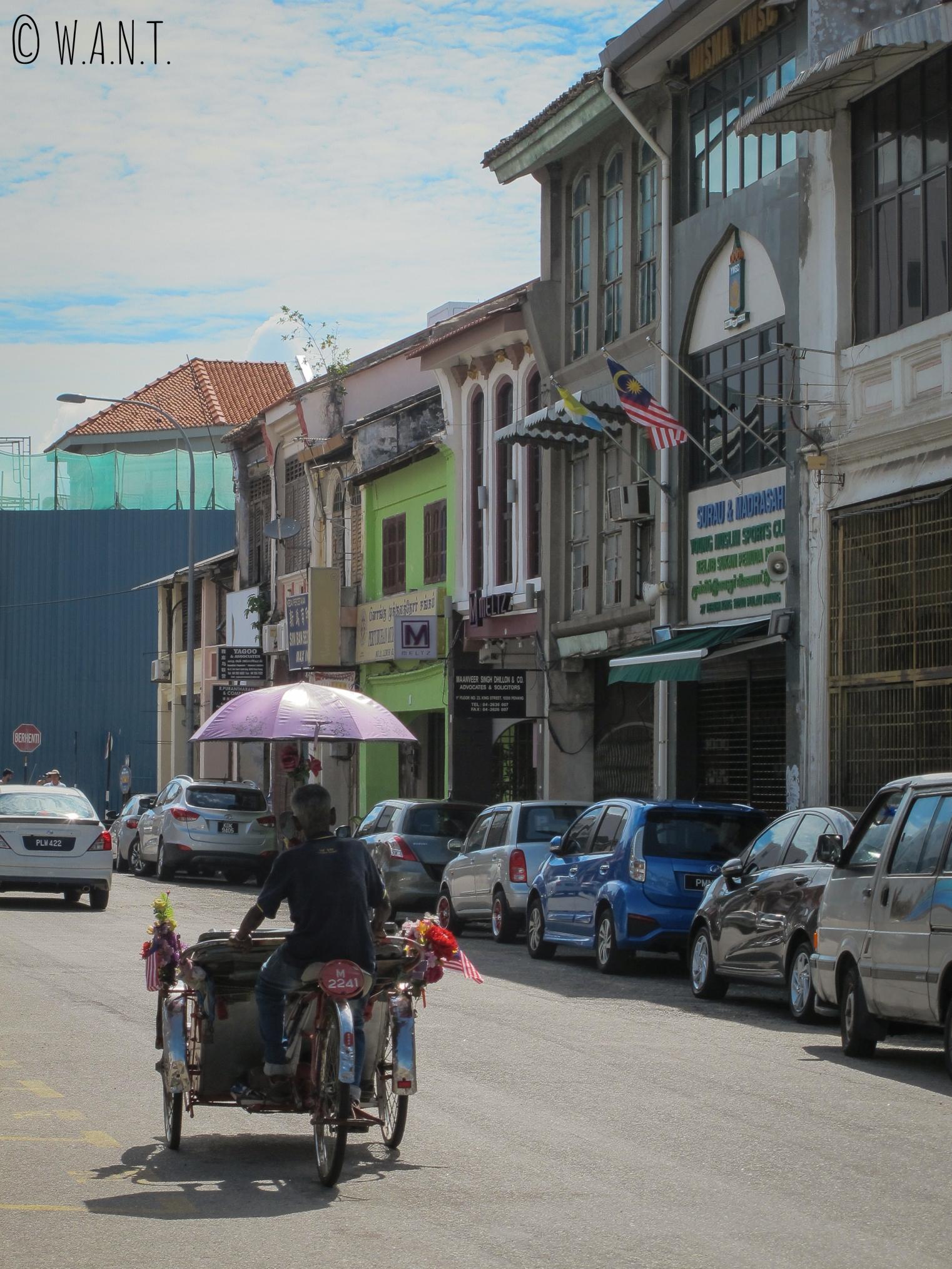 Tuk-tuk dans les rues de Georgetown à Penang