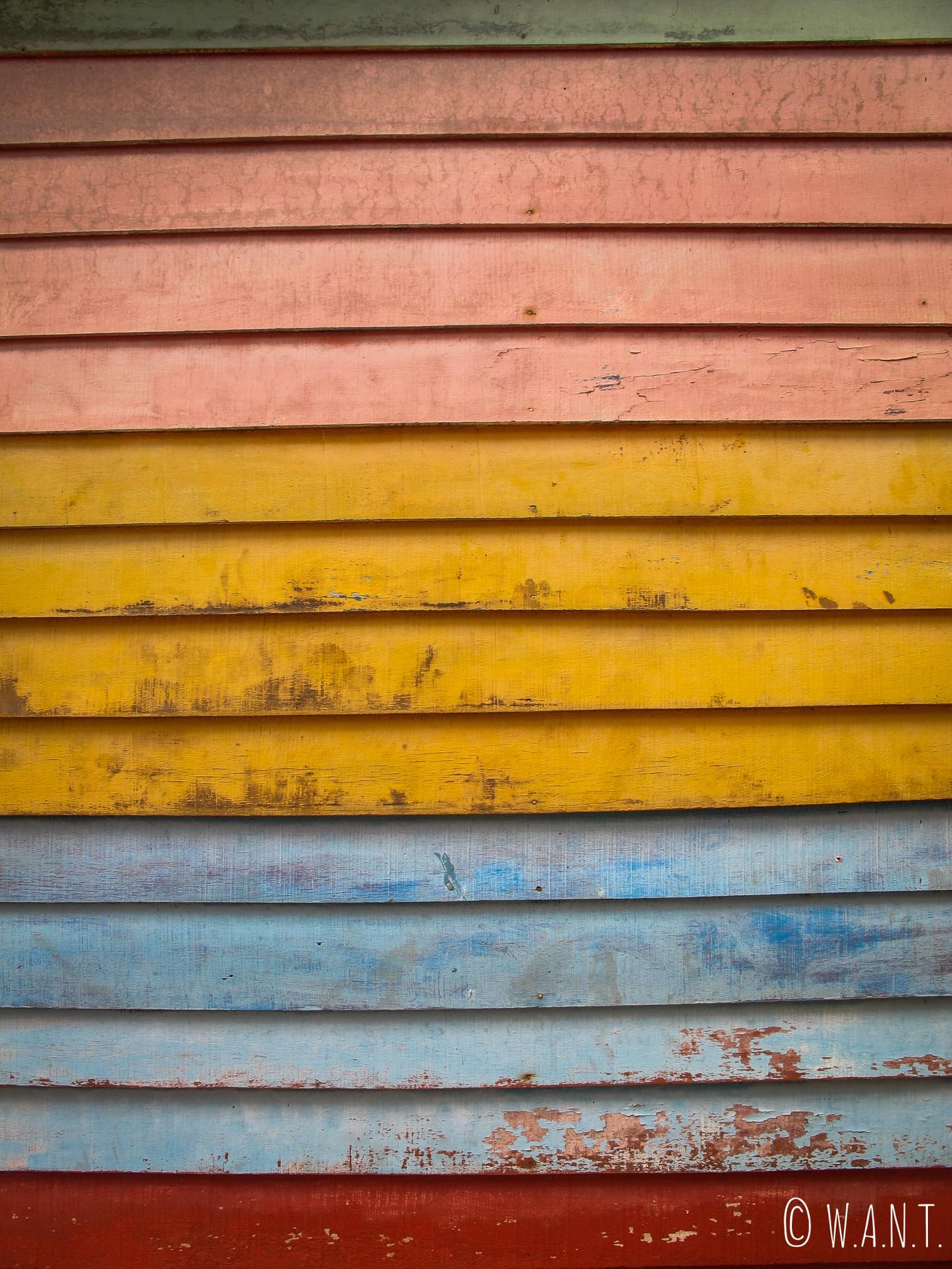 Volet coloré sur le ponton de Chew jetty