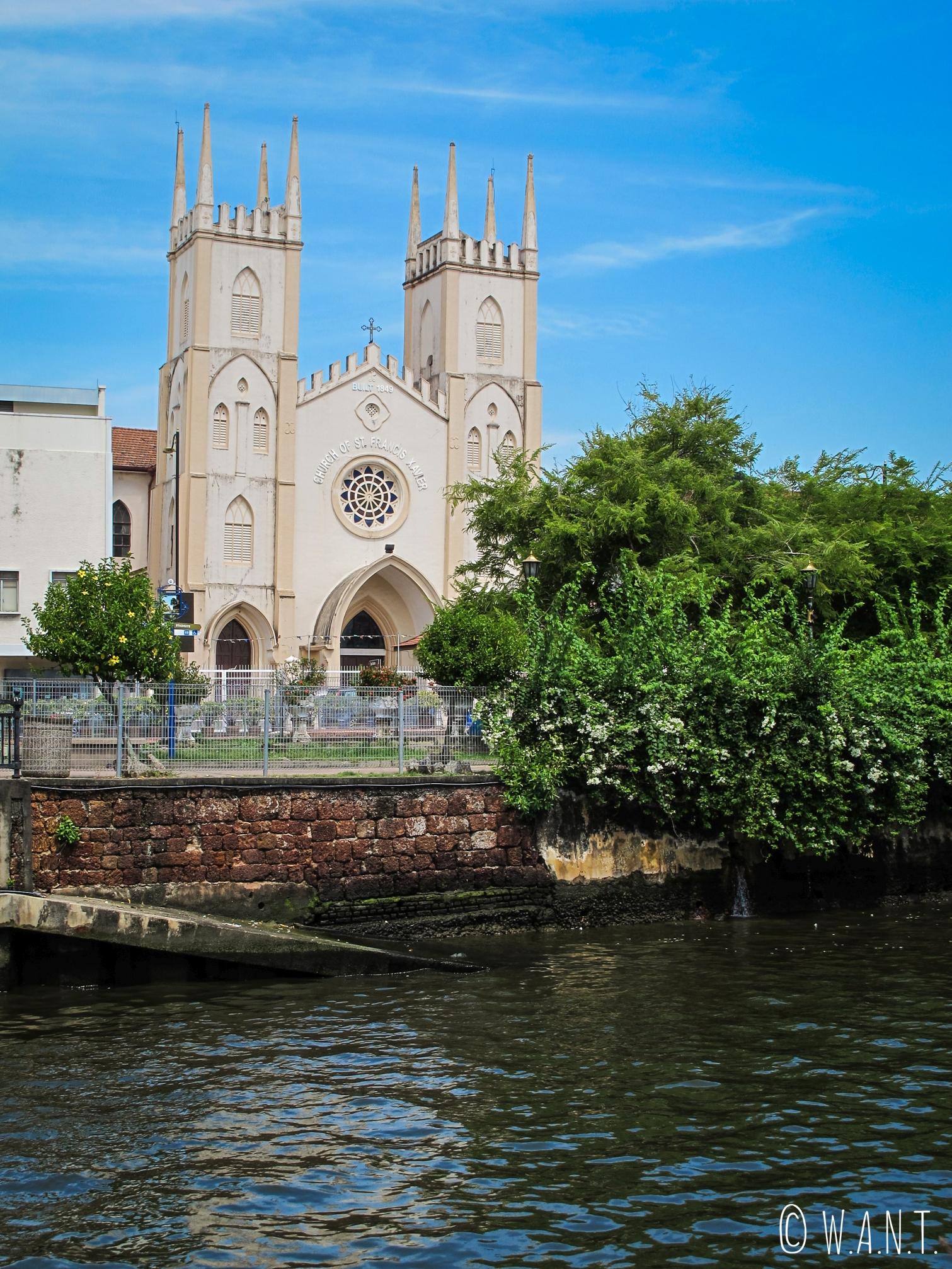 Vue depuis la rive opposée sur l'église St François Xavier de Malacca