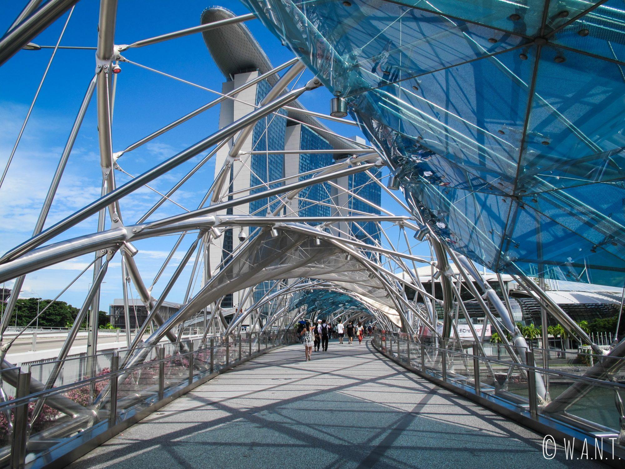 Vue depuis l'intérieur du Helix bridge à Singapour
