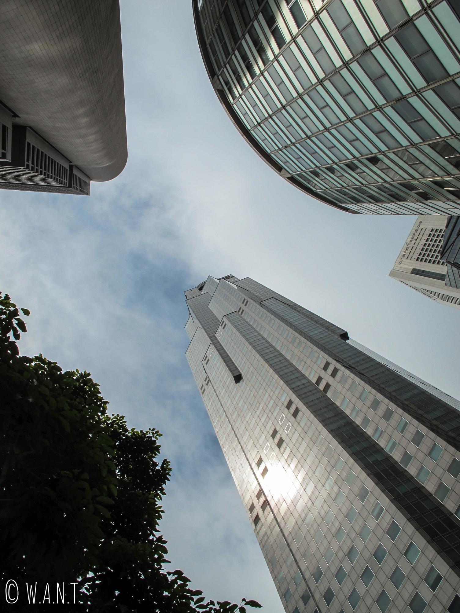 Vue en contre-plongée au coeur de la Skyline de Singapour