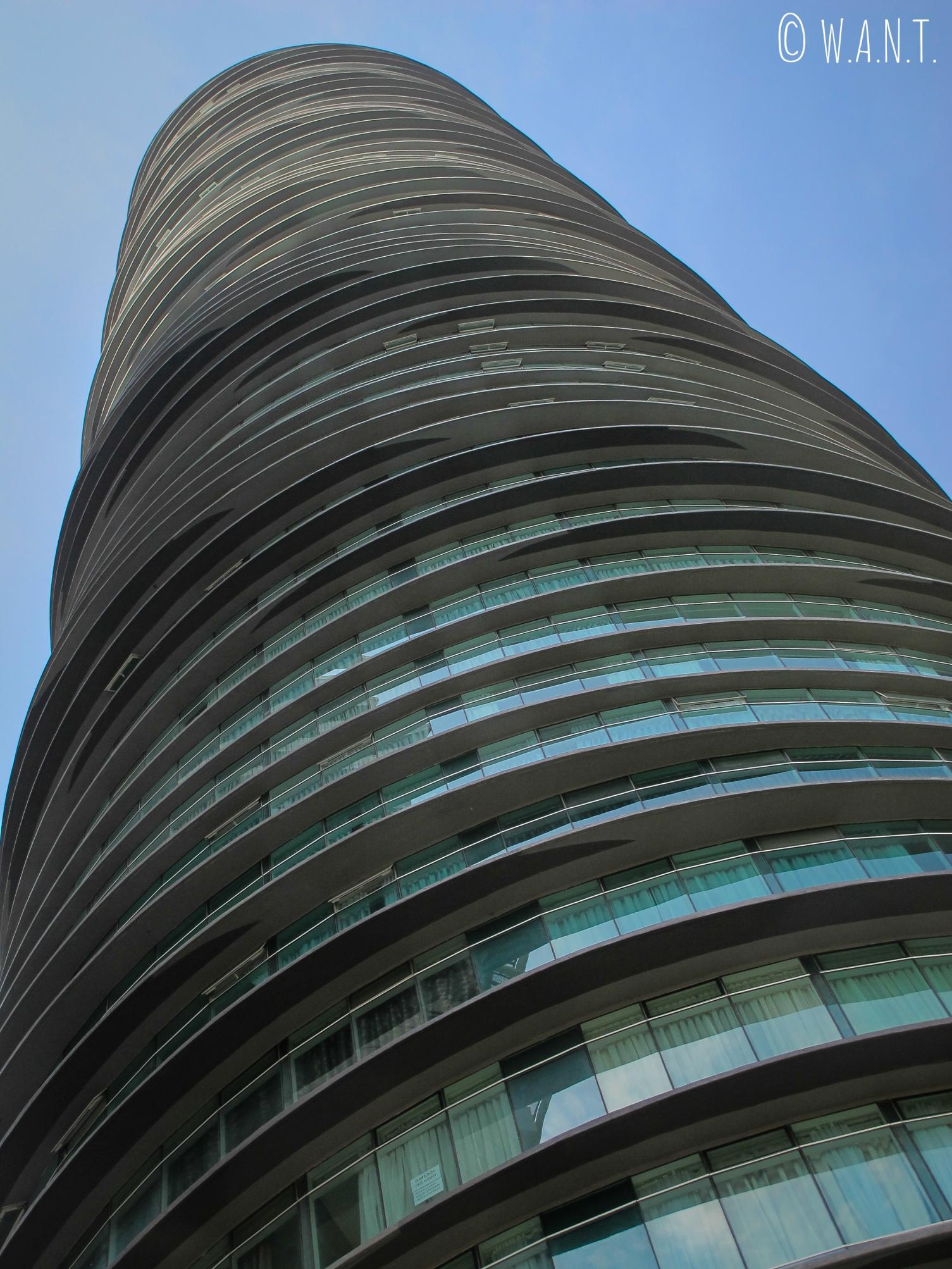 Vue en contre-plongée sur la tour Vortex où nous logeons à Kuala Lumpur
