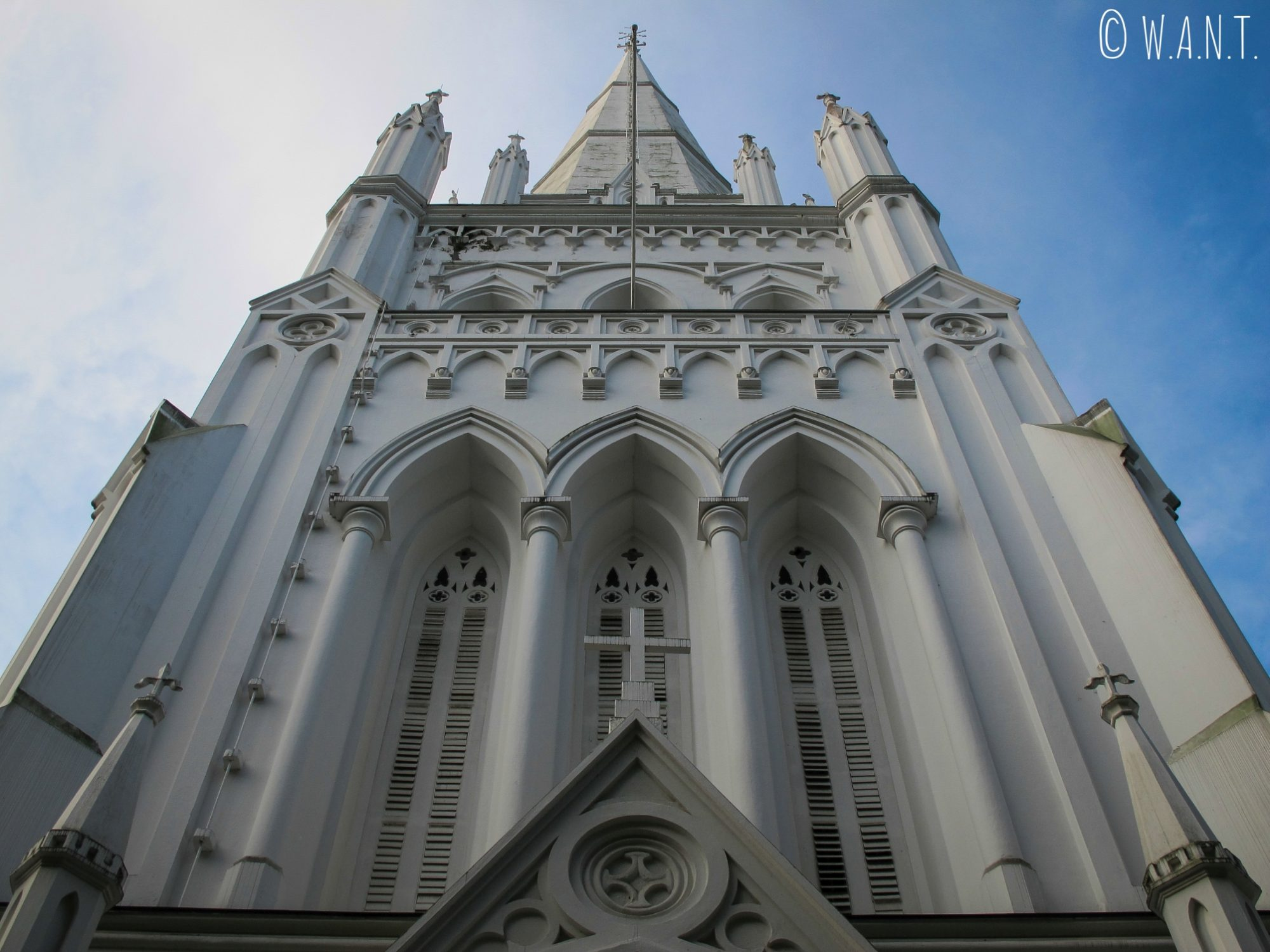 Vue en contre-plongée sur le fronton de la cathédrale St Andrew de Singapour