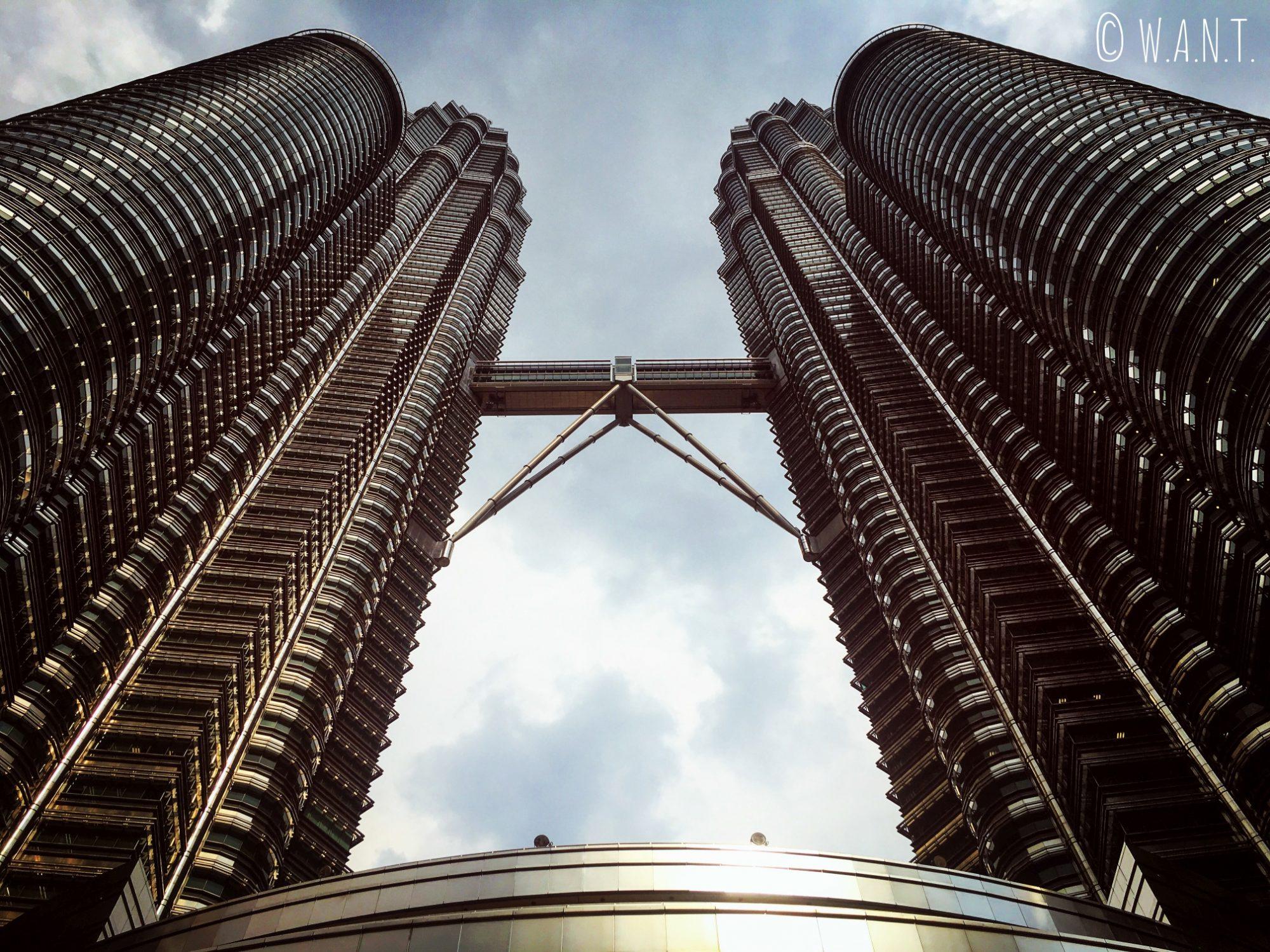 Vue en contre-plongée sur les Tours jumelles Petronas