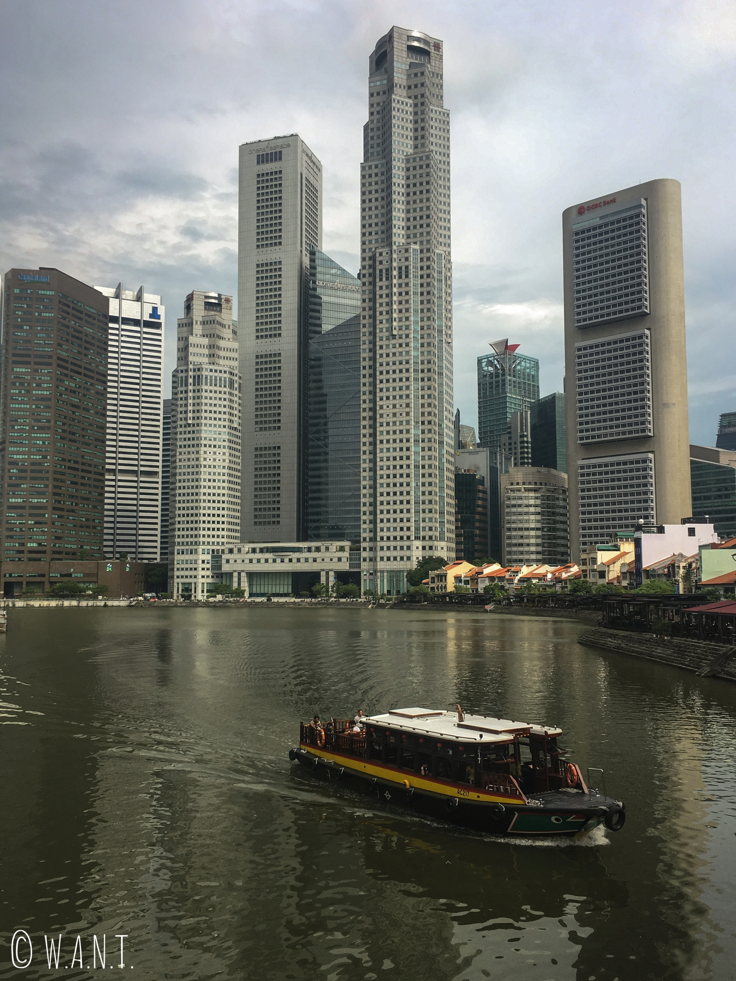 Vue sur le quartier de Boat Quay avec en arrière plan la Skyline de Singapour