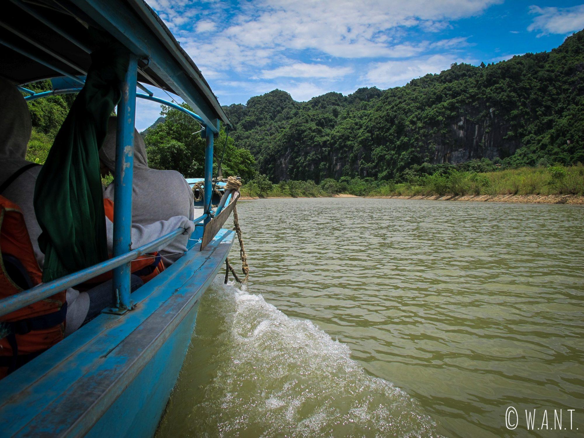 À bord de notre barque sur la rivière Song du parc national Phong Nha-Ke Bang