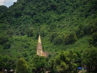 Église dans la végétation dense autour la rivière Song à Son Trach