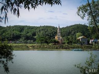 Église sur le bord de la rivière Song à Phong Nha