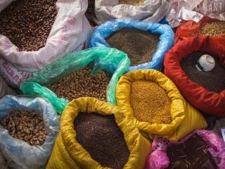 Étal de graines sur le marché de Dong Van